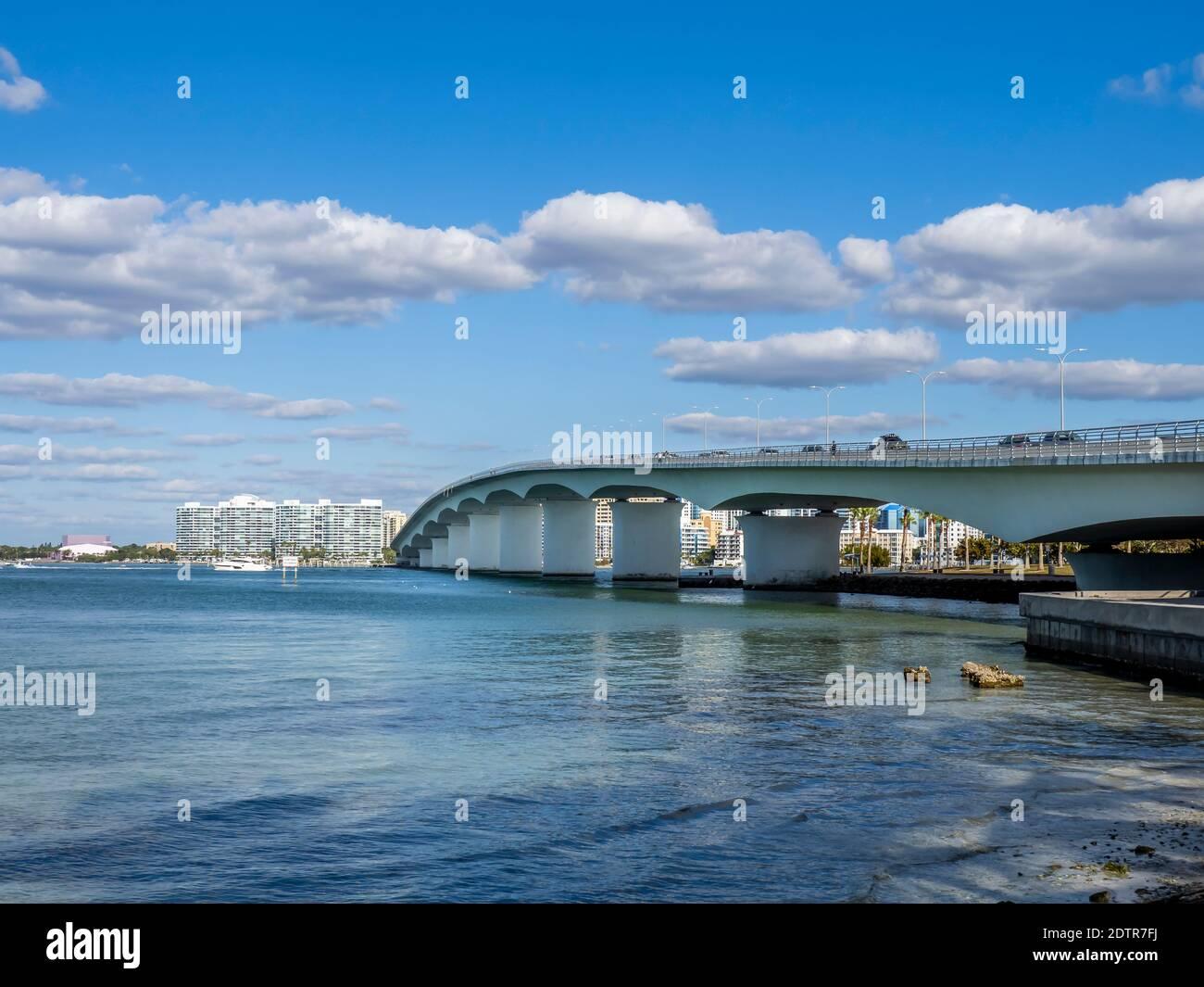 Pont John Ringling au-dessus de Sarasota Bay à Sarasota Floride États-Unis Banque D'Images