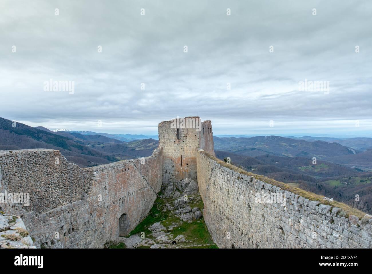 Château cathare de Montsegur en Ariège, Occitanie dans le sud de la France. Banque D'Images