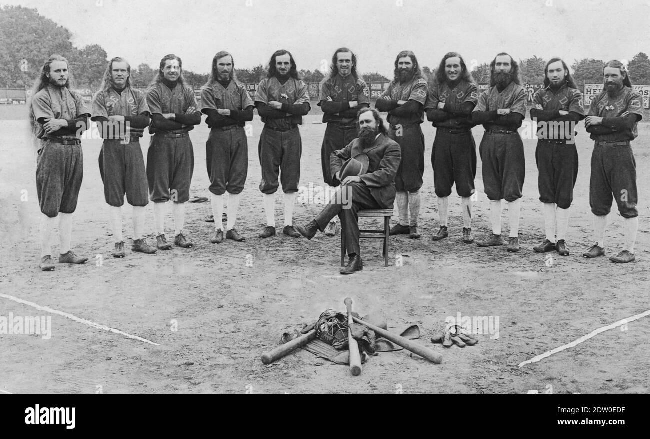 C'était l'équipe de baseball de la « Maison de David », vers 1921. En 1903, Benjamin et Mary Purnell fondèrent une société religieuse communautaire dans le port de Benton, au Michigan. L'équipe de base-ball a été à l'origine en compétition avec les villes locales du Michigan, mais elle s'est rapidement développée pour jouer à des jeux d'exposition contre des clubs régionaux, des équipes semi-professionnelles et même des équipes professionnelles. Plusieurs variantes de cette équipe ont voyagé à travers les États-Unis en jouant au baseball afin de répandre le mot, et de recueillir de l'argent pour, la colonie religieuse de leurs fondateurs. Pour voir mes autres images liées au sport, recherchez: Prestor vintage sport Banque D'Images