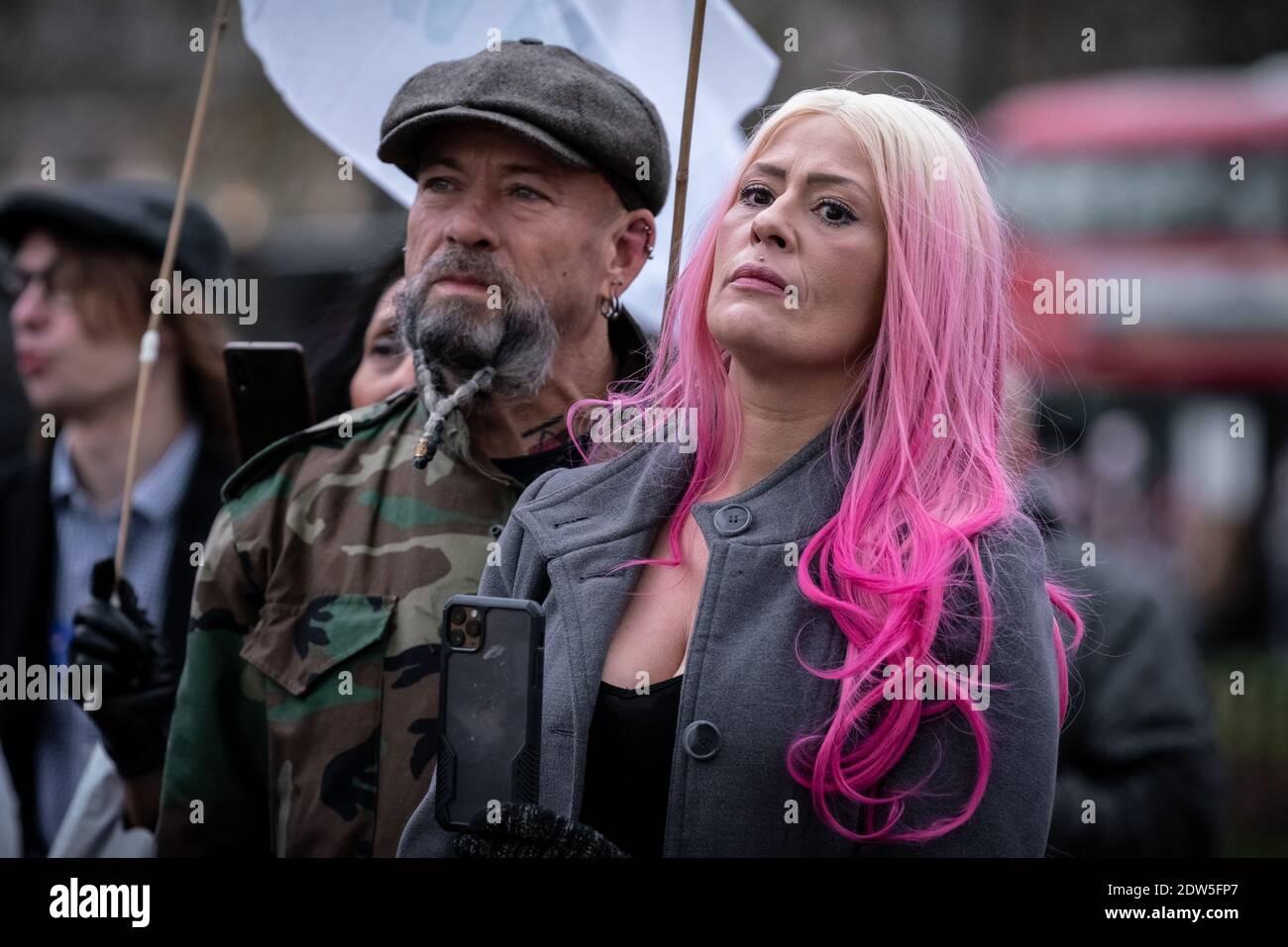 Martin Hockridge(à gauche) avec Lisa Jane Waters(à droite). Coronavirus: Manifestation anti-verrouillage de 'Santa Saves Xmas' à Speakerss' Corner, Hyde Park, Londres. Banque D'Images