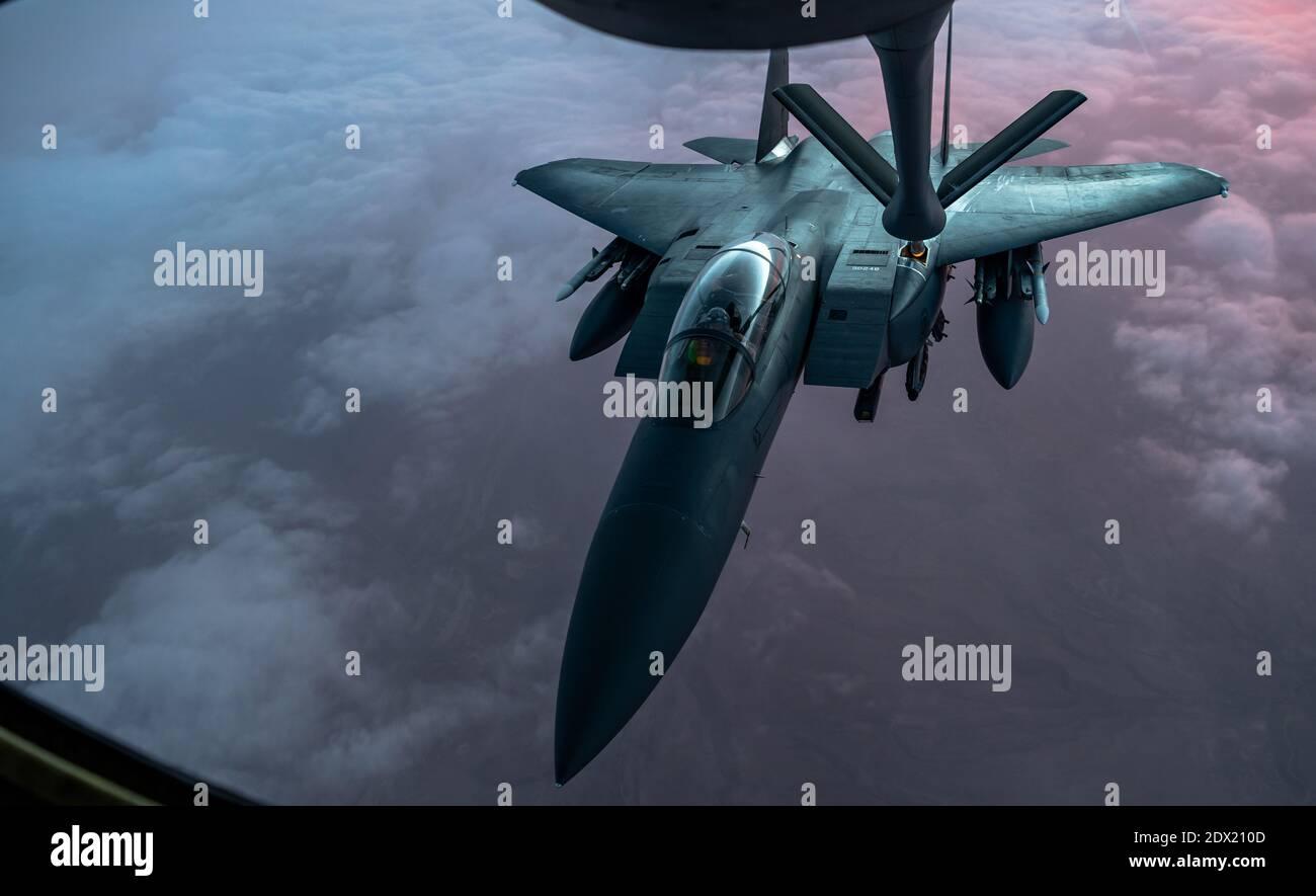 Espace aérien de l'Iraq, Iraq. 22 décembre 2020. Un avion de chasse F-15E Strike Eagle de la US Air Force ravitaillent en carburant un KC-135 Stratotanker lors d'une patrouille dans le cadre de l'opération Derèglement inhérent au 22 décembre 2020 au-dessus de l'Irak. Credit: Planetpix/Alamy Live News Banque D'Images