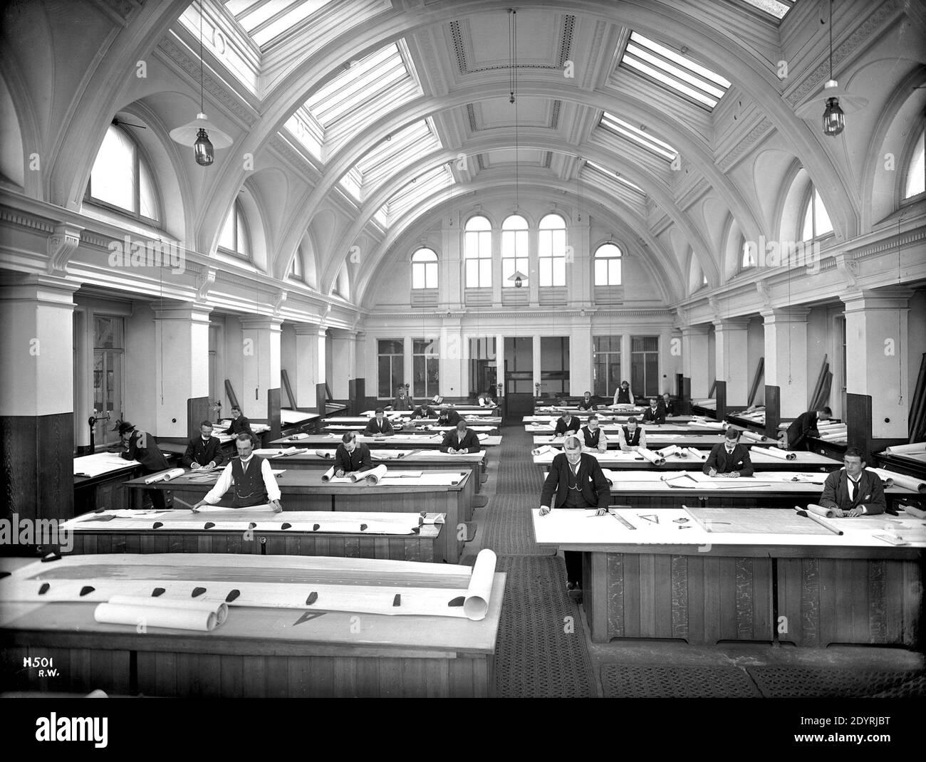 Harland & Wolff's Belfast, bureaux de dessin au début du XXe siècle Robert John Welch Harland & Wolff est un chantier naval spécialisé dans la réparation, la conversion et la construction offshore de navires, situé à Belfast, en Irlande du Nord. Harland & Wolff est célèbre pour avoir construit la majorité des paquebots de mer pour la ligne White Star. Banque D'Images