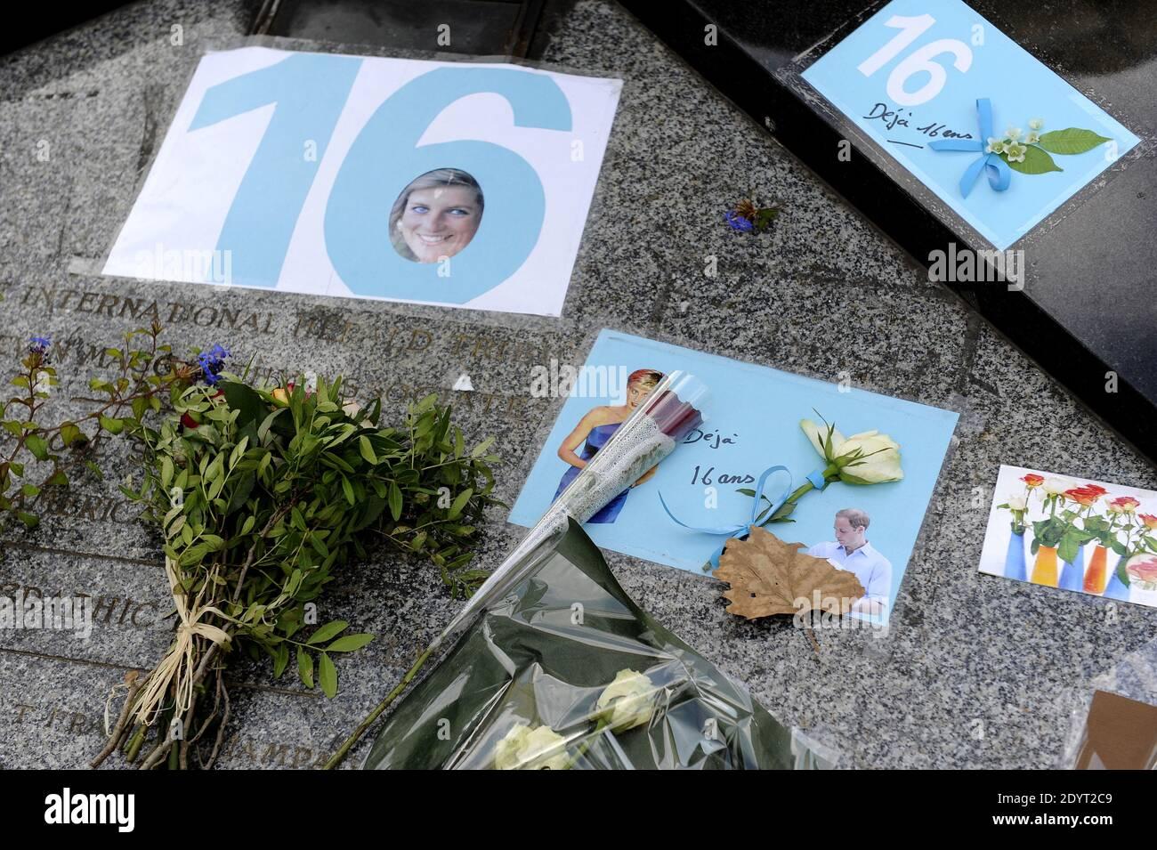 Vue de la flamme de la liberté, devenue un mémorial officieux de la princesse Diana, est photographiée avant le 16e anniversaire de sa mort, près du site de l'accident de voiture dans le tunnel du Pont de l'Alma, à Paris, en France, le 29 août 2013. Photo de Mousse/ABACAPRESS.COM Banque D'Images
