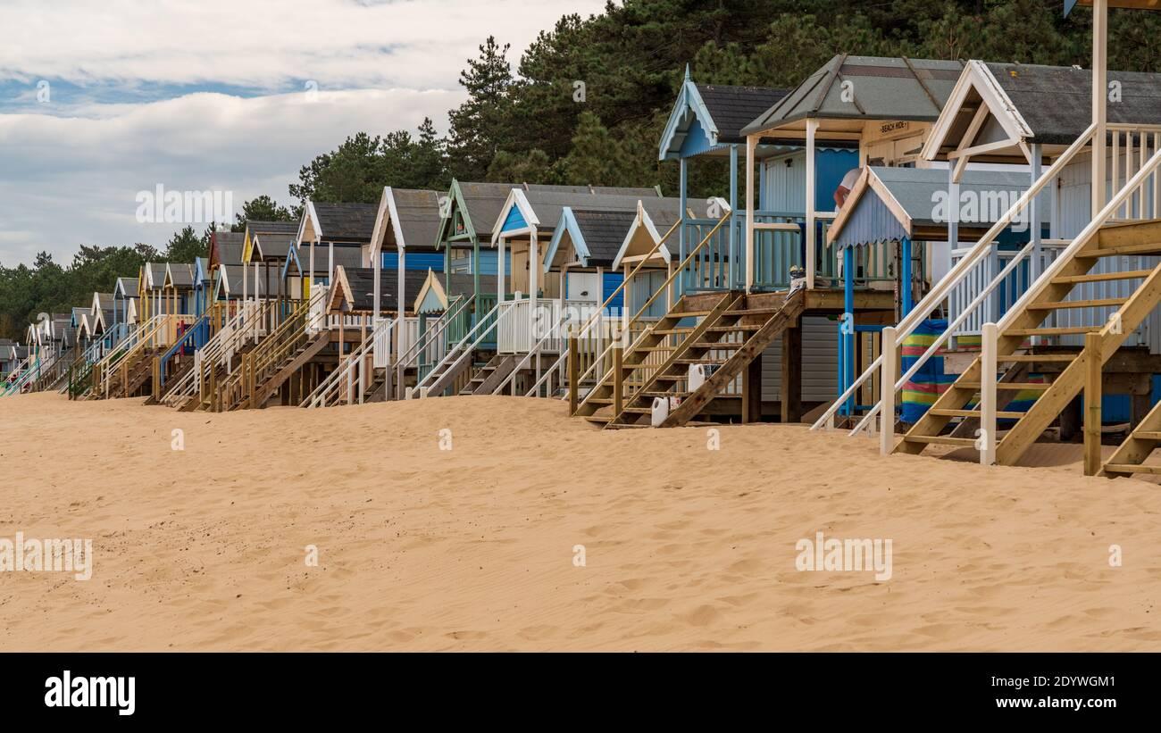 La plage et les cabanes de plage dans la région de Wells-next-the-Sea, Norfolk, England, UK Banque D'Images