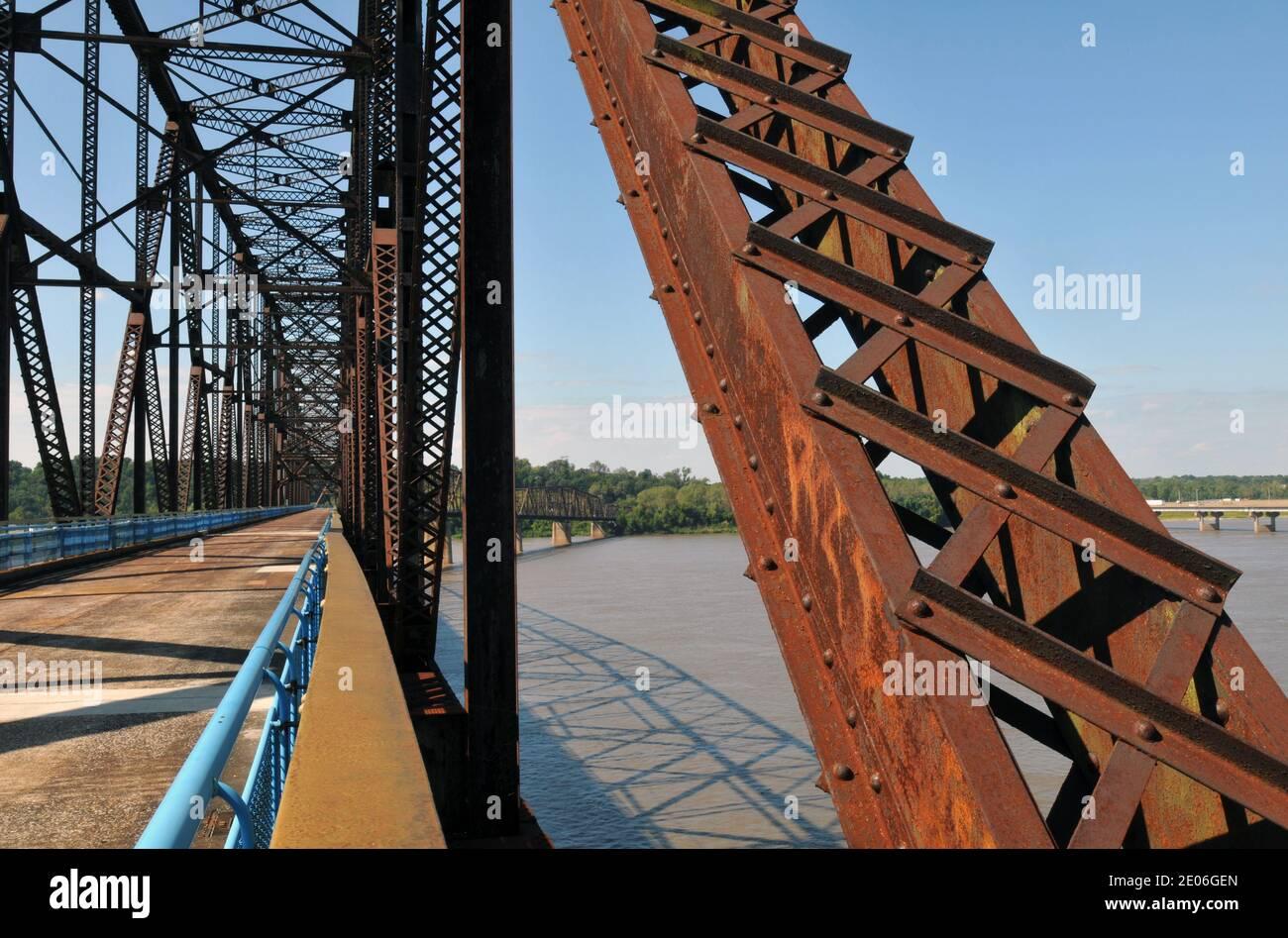 Le pont historique de Chain of Rocks, qui transportaient la route 66 à travers le fleuve Mississippi entre l'Illinois et le Missouri, présente un virage distinctif. Banque D'Images