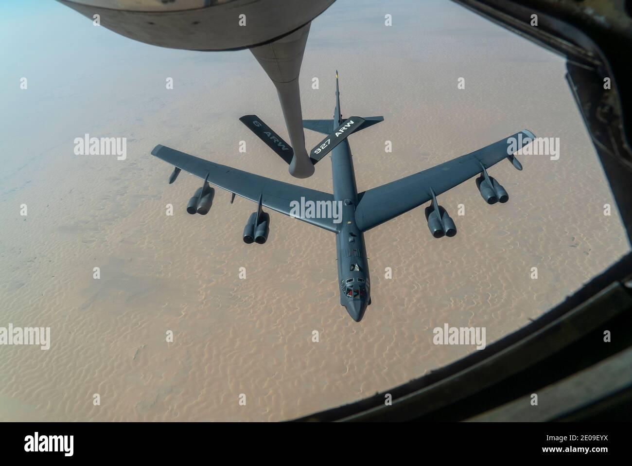 Golfe persique, États-Unis. 30 décembre 2020. Un bombardier stratégique B-52 de la Force aérienne des États-Unis, Stratofortress, de la 5e Escadre Bomb, approche d'un KC-135 Stratotanker pour le ravitaillement en carburant le 30 décembre 2020 au-dessus du golfe Persique. Le bombardier est la troisième mission de démonstration de force de ce type en tant que message à l'Iran. Credit: Planetpix/Alamy Live News Banque D'Images