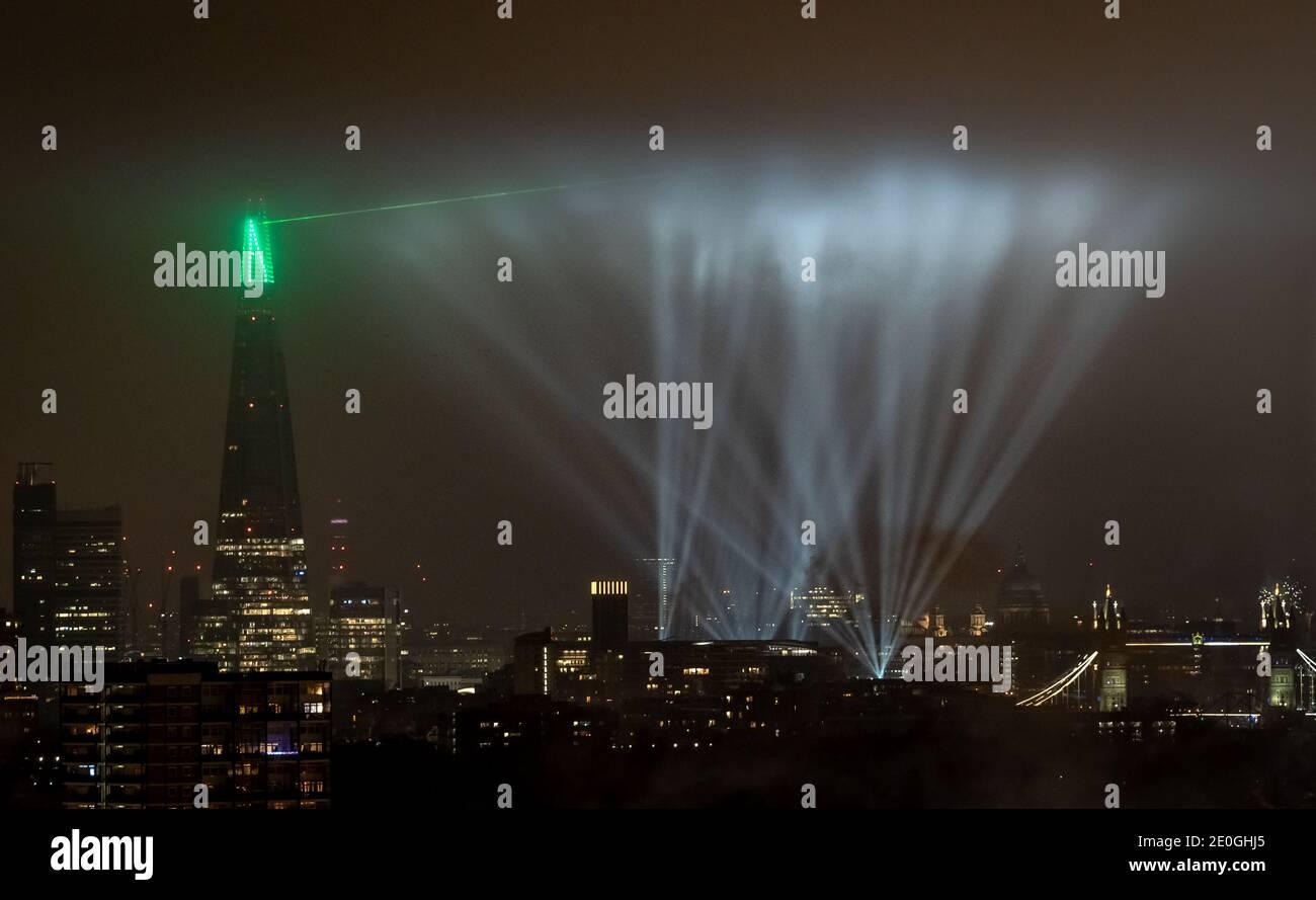 Saint-Sylvestre : un éclairage grandiose et spectaculaire s'affiche au-dessus de la ville et du gratte-ciel de Shard. Londres, Royaume-Uni. Banque D'Images