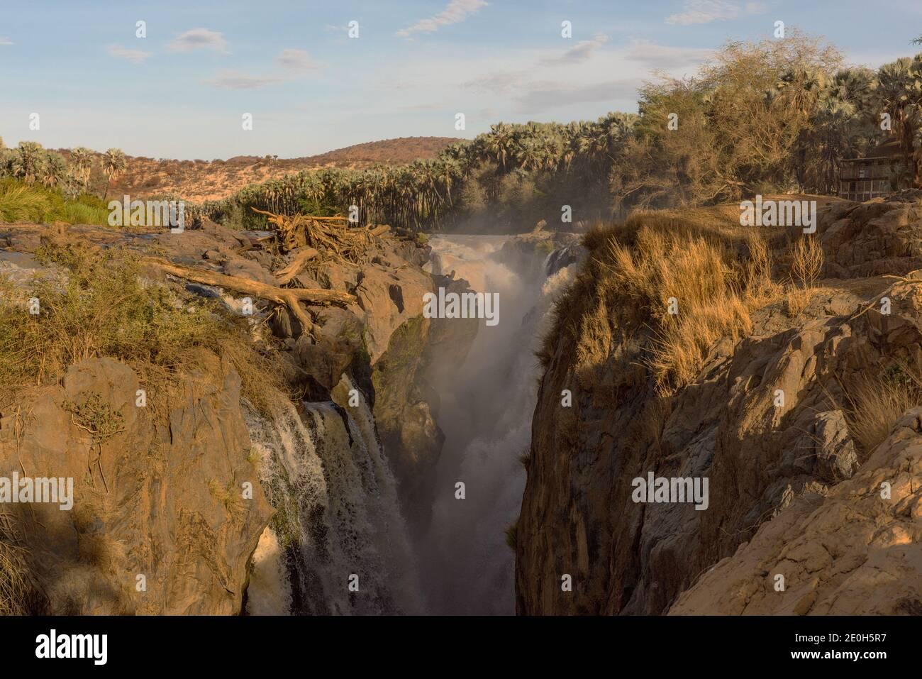 Les chutes Epupa de la rivière Kunene à la frontière Entre l'Angola et la Namibie Banque D'Images