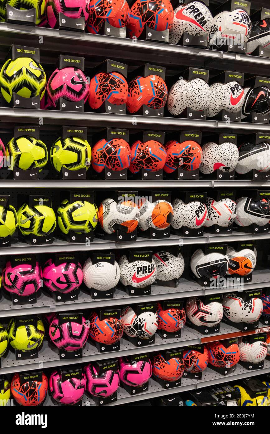Ballons de football à vendre, Dick's Sporting Goods, Columbia Mall, Kennewick, Washington Sate, États-Unis Banque D'Images