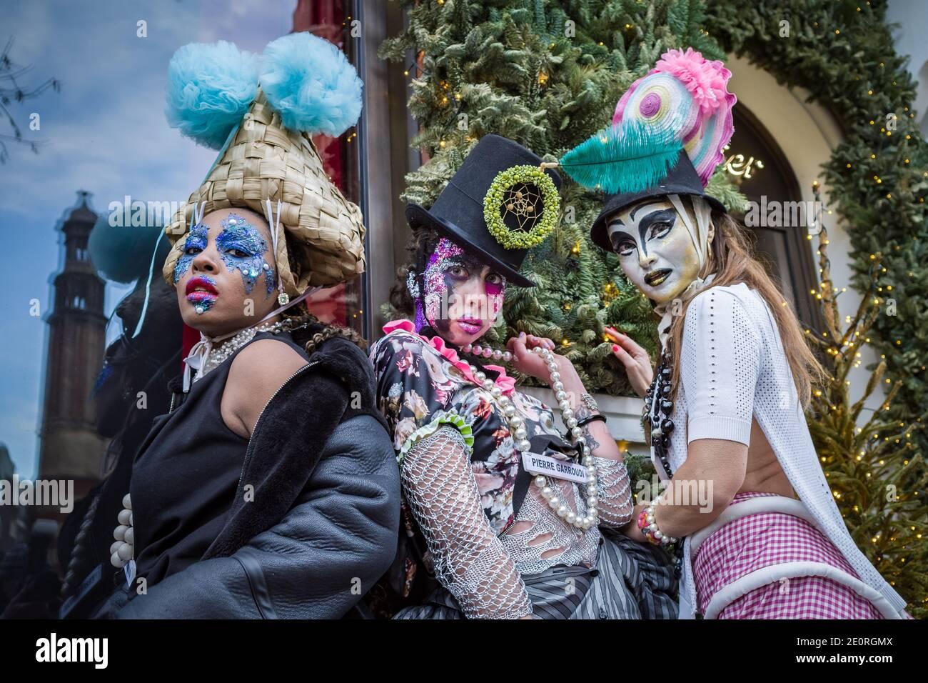 Londres, Royaume-Uni. 2 janvier 2021. Les modèles prennent part à un spectacle de mode coloré de rue tormode près de Sloane Square pour le designer Pierre Garroudi. Credit: Guy Corbishley / Alamy Live News Banque D'Images