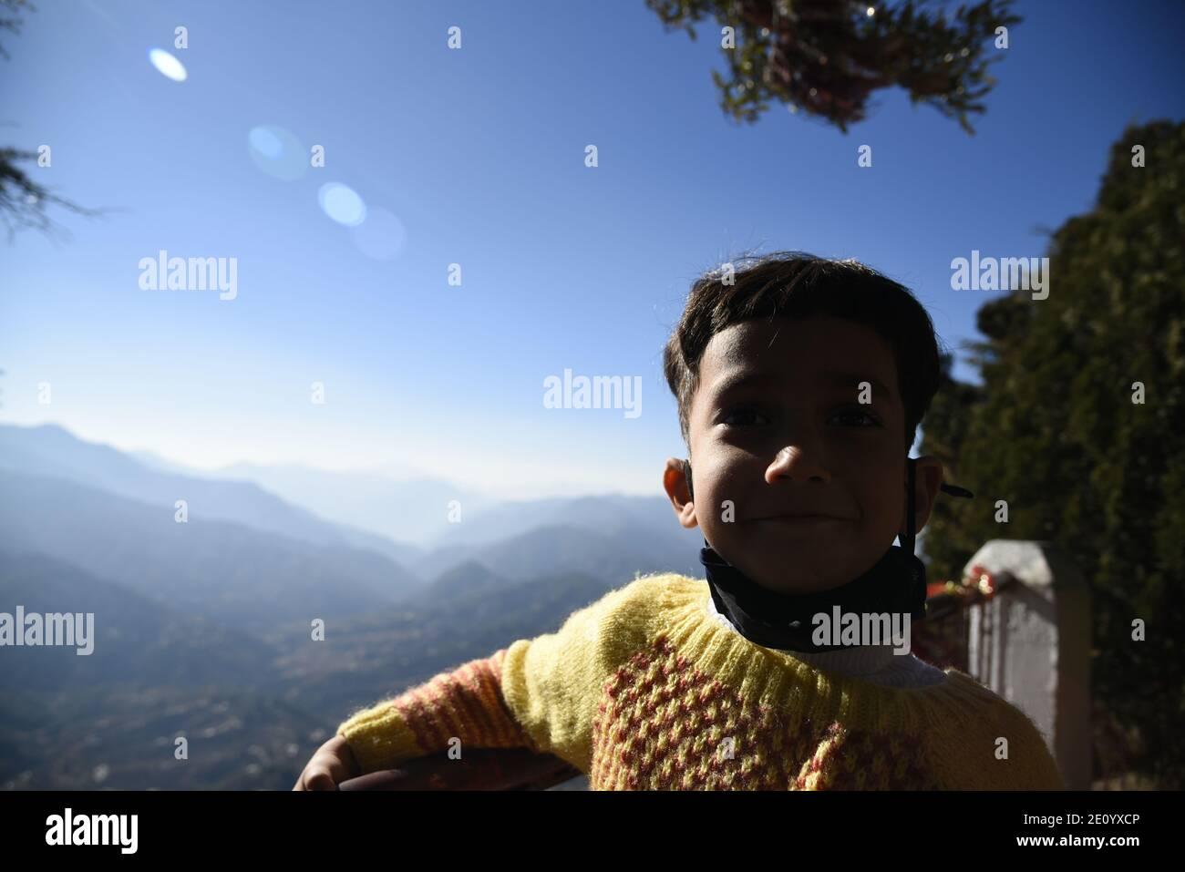 Vue panoramique sur la montagne de l'Himalaya depuis le temple Hindou Lord Shiva Mukteshwar situé dans le district de Nainital, dans l'État d'Uttarakhand. Banque D'Images