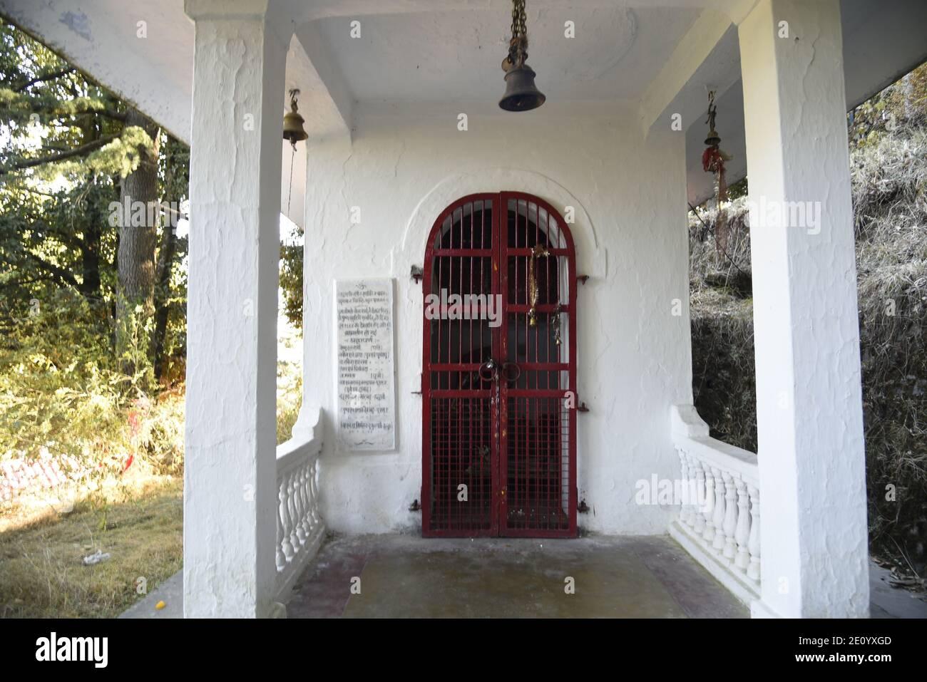 Temple Hindou Lord Shiva Mukteshwar situé dans le district de Nainital, État d'Uttarakhand. Célèbre pour Himalaya View et Lord Shiva's. Banque D'Images