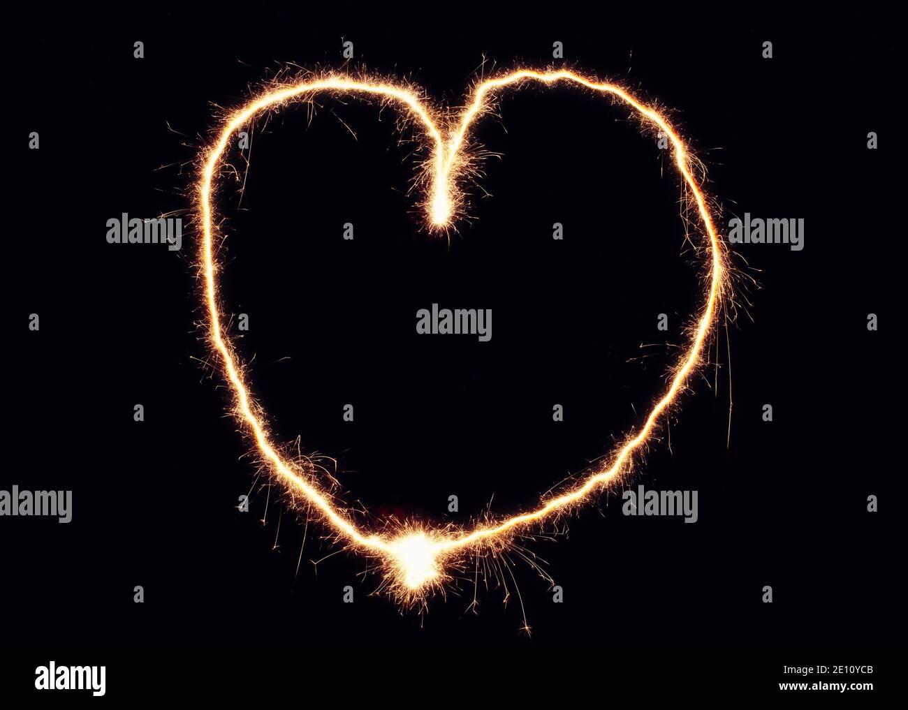 Cœur de Sparkler fait de feux d'artifice. Bon élément de design pour mariage romantique, la Saint-Valentin ou le concept d'amour Banque D'Images