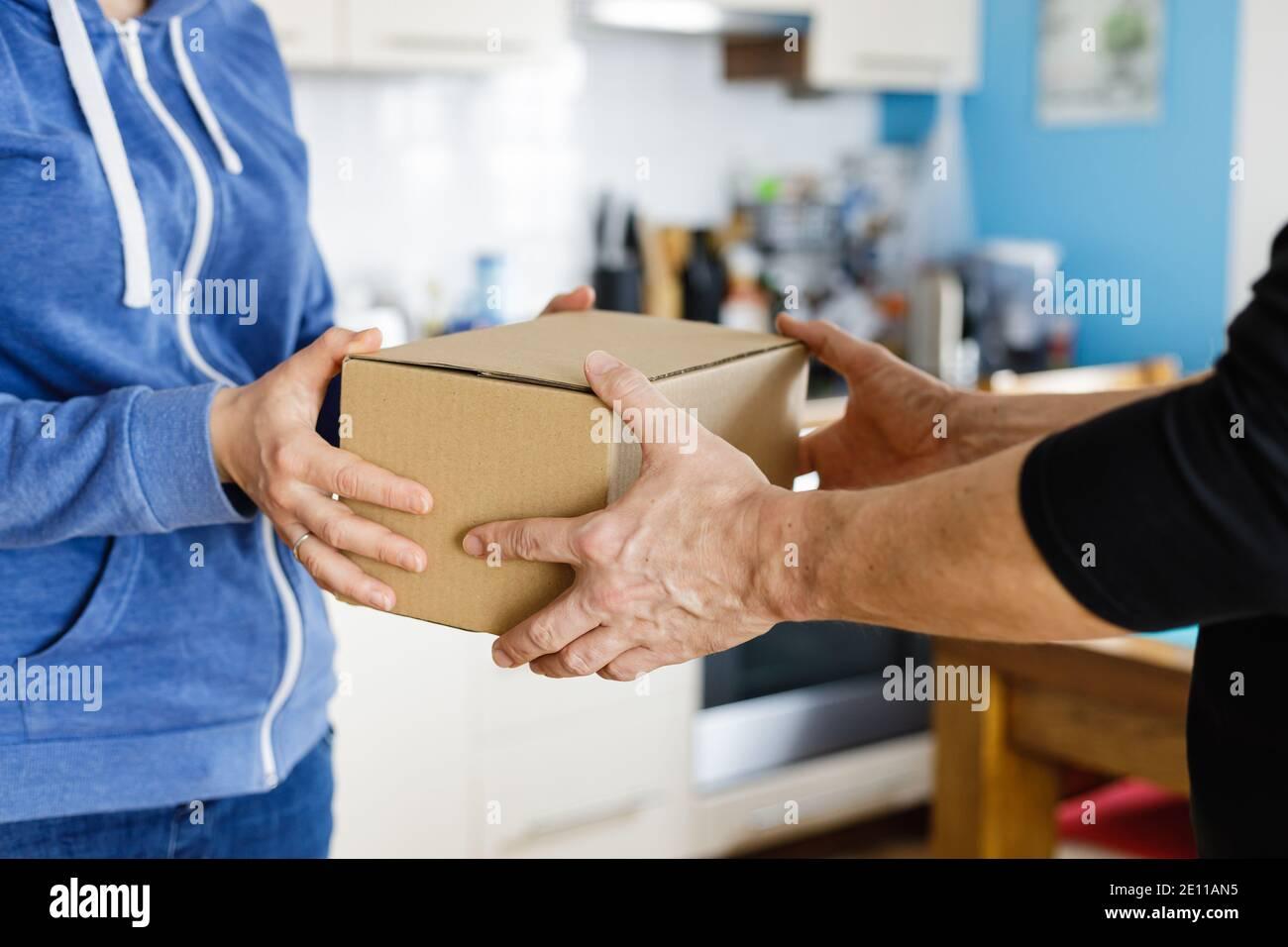 Livraison de colis à domicile Banque D'Images