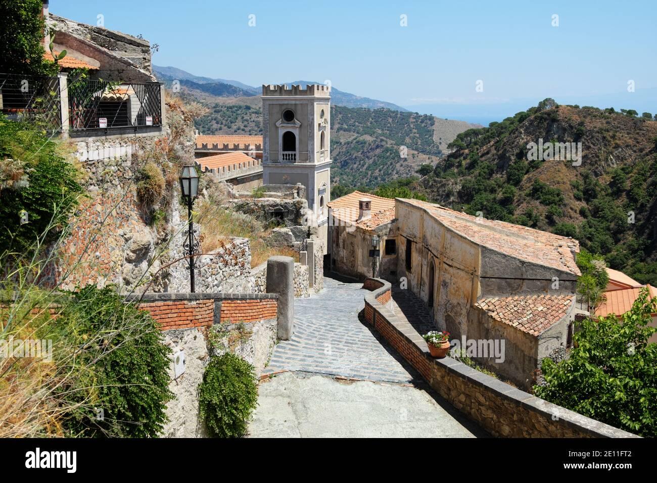 Maisons et clocher dans les rues de Savoca Old Ville médiévale architecture en Sicile et destination du tourisme Banque D'Images