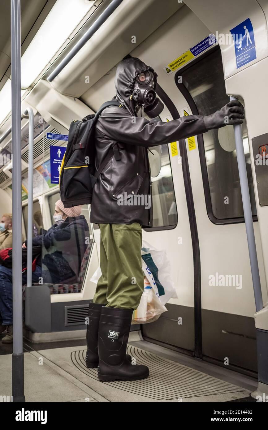 Londres, Royaume-Uni. 2 janvier 2021. Coronavirus: Un router masqué adapté au danger ne prend aucun risque sur la ligne Jubilee pendant la réglementation actuelle COVID19 de couverture de visage de transport. Credit: Guy Corbishley/Alamy Live News Banque D'Images