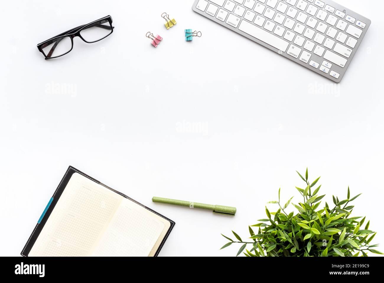 Un lieu de travail minimaliste au bureau ou à la maison. Bureau plat avec clavier Banque D'Images