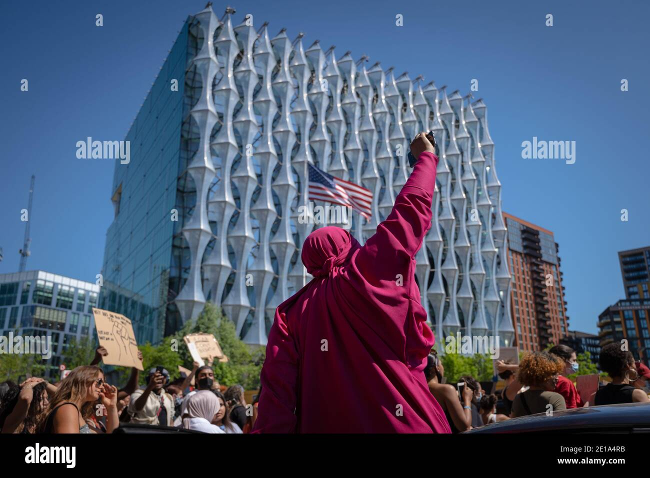 Des milliers de militants et de partisans de Black Lives Matter (BLM) se réunissent devant l'ambassade américaine à Londres pour protester contre la mort de George Floyd aux États-Unis. Banque D'Images