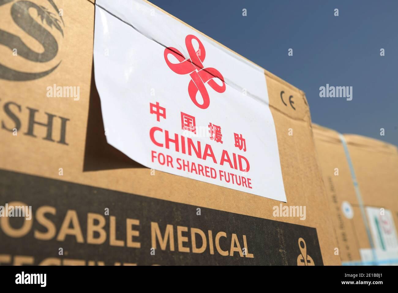 (210106) -- BEIJING, le 6 janvier 2021 (Xinhua) -- la photo prise le 8 octobre 2020 montre des fournitures anti-épidémiques en provenance de Chine lors de la cérémonie de passation de pouvoir à l'aéroport international Hamid Karzia à Kaboul, capitale de l'Afghanistan. (Photo de Rahmatullah Alizadah/Xinhua) Banque D'Images