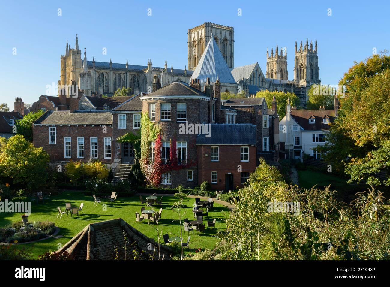 2 bâtiments historiques de première classe - église Minster et hôtel et jardin Gray's court - depuis les murs de la ville dans la ville pittoresque de York, North Yorkshire, Angleterre, Royaume-Uni. Banque D'Images