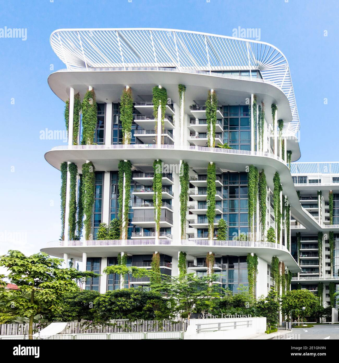 Vue extérieure de l'immeuble d'appartements Tembusu à Singapour avec une façade biologique vivante. Banque D'Images