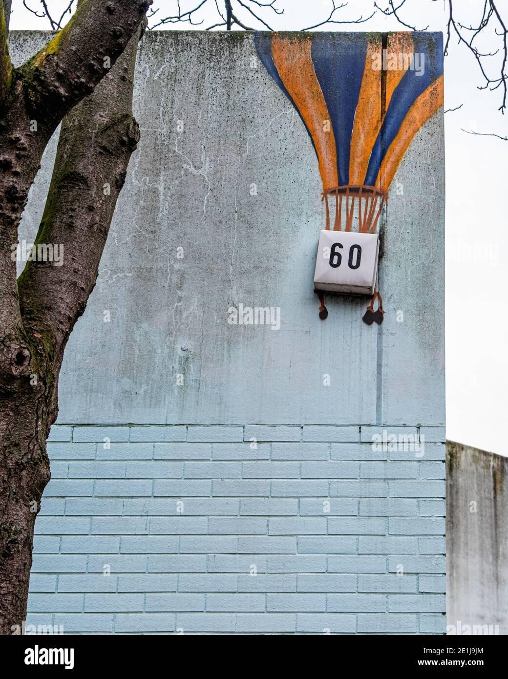 Street art on Wall of Kindergärten City nurserie School,Ackerstrasse,60 Mitte, Berlin. Ballon d'air chaud Banque D'Images