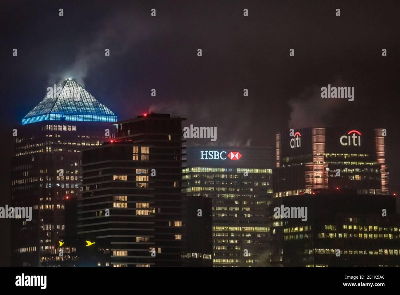 Londres, Royaume-Uni. 7 janvier 2021. Coronavirus: Ville Skyline Blue Light pour NHS. L'emblématique édifice One Canada Square de Canary Wharf illumine le bleu en hommage aux « héros » du NHS, notamment des médecins, des infirmières, des femmes de ménage et d'autres membres du personnel de santé en première ligne de la bataille contre le coronavirus lors du troisième confinement. Credit: Guy Corbishley/Alamy Live News Banque D'Images