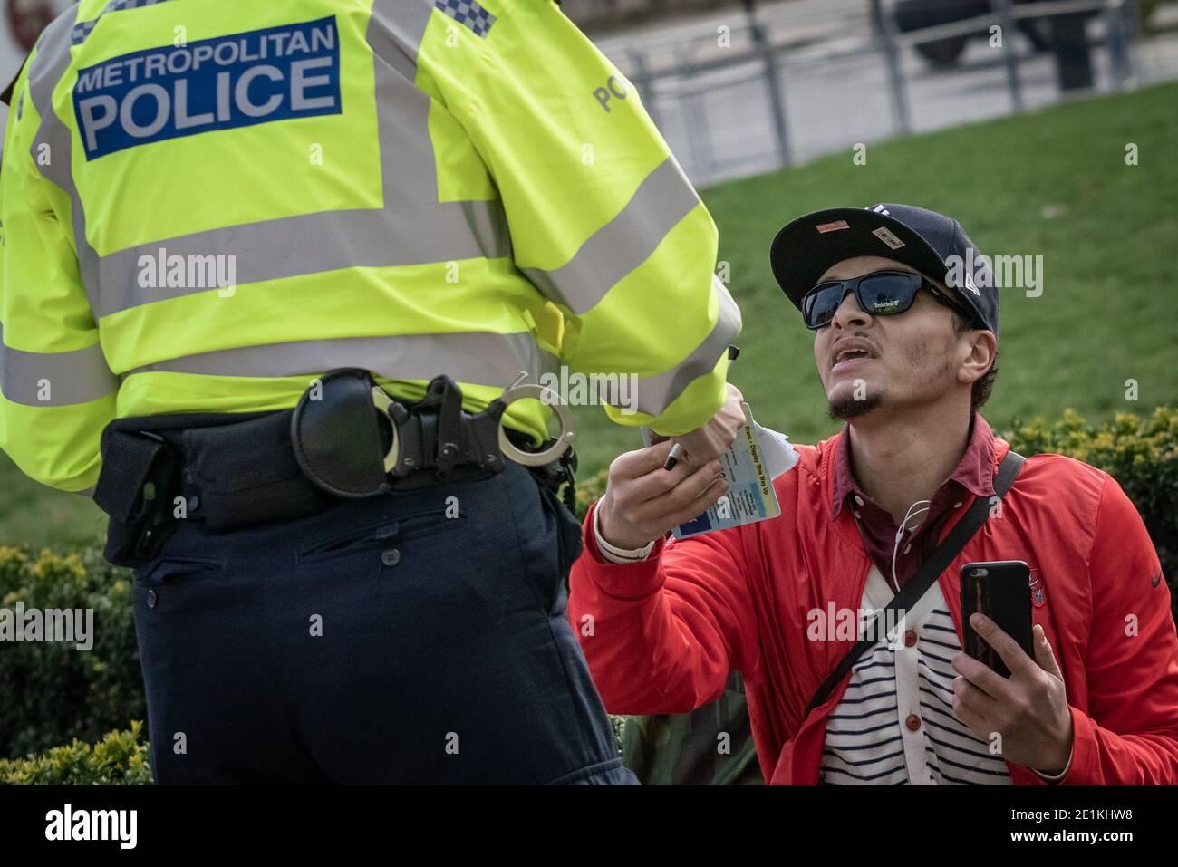 Coronavirus : la police émet des amendes ponctuelles de 200 £ lors d'une tentative de manifestation anti-verrouillage à Parliament Square, Londres, Royaume-Uni. Banque D'Images