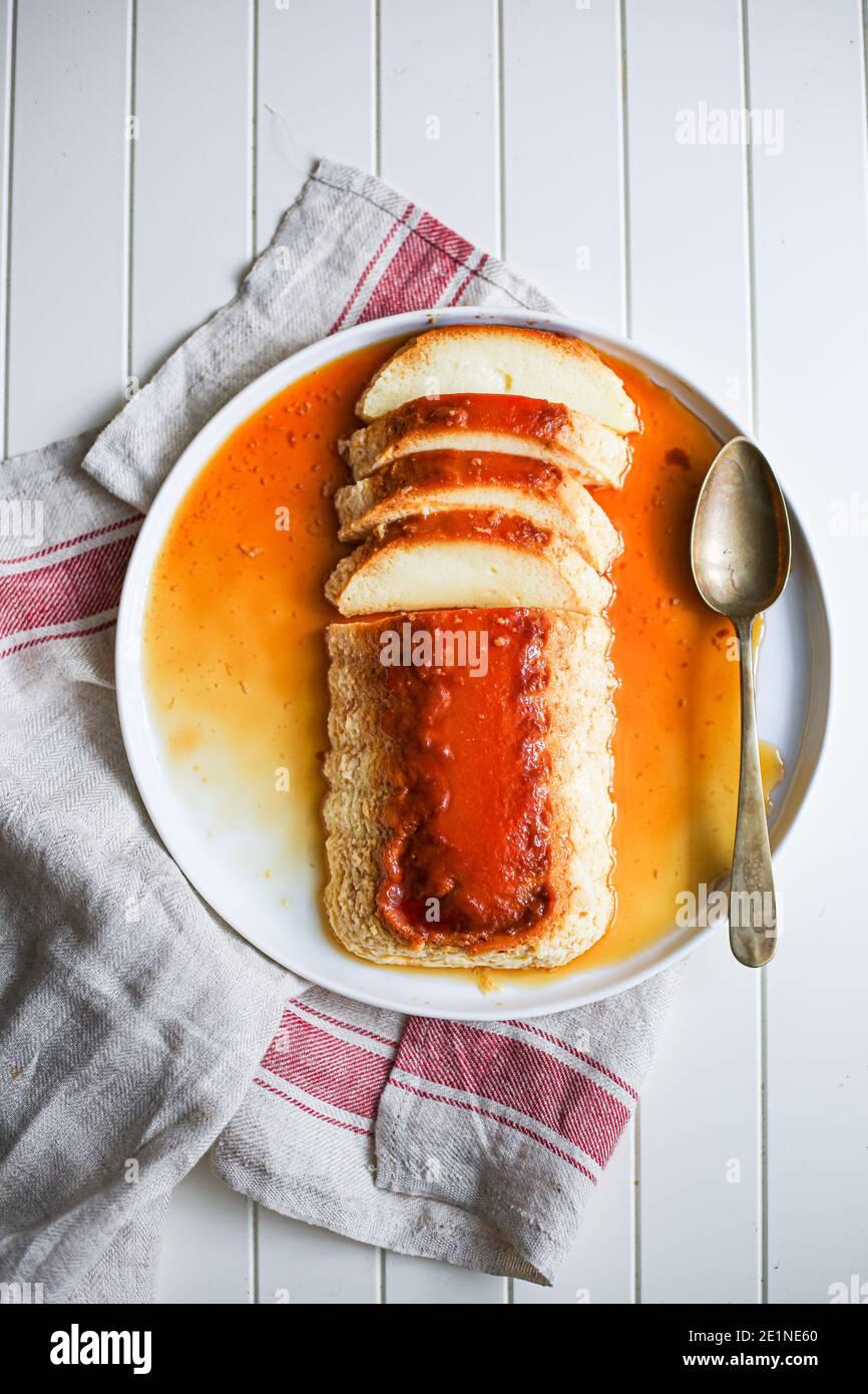 Dessert Flan maison avec sauce caramel en Italie comme « latte alla portoghese » et en Roumanie comme « crème de zahar ars ». Banque D'Images