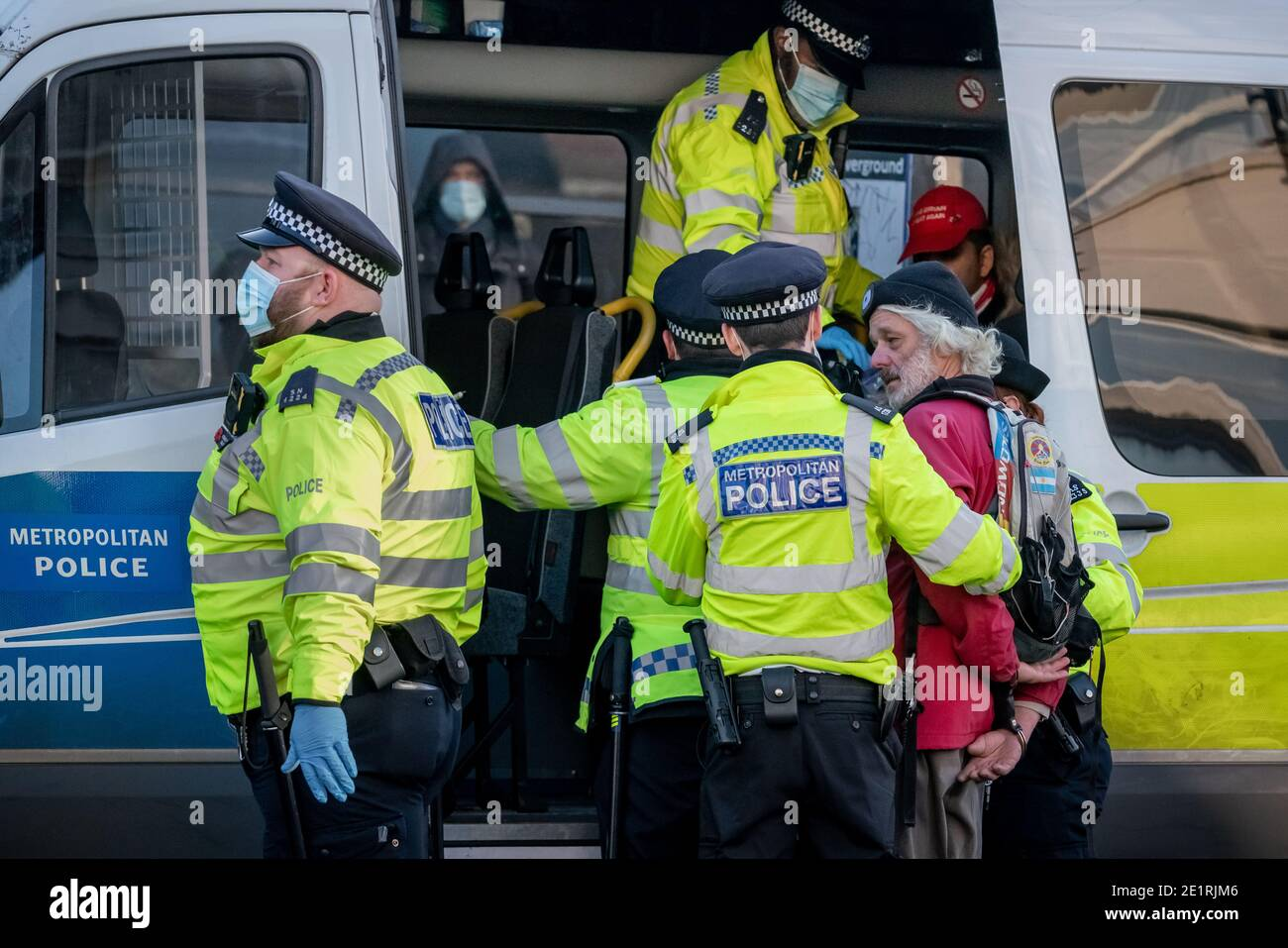 Londres, Royaume-Uni. 9 janvier 2021. Coronavirus : des arrestations sont effectuées lors d'une tentative de rassemblement anti-verrouillage à Clapham Common contre les restrictions actuelles du gouvernement, y compris les prises de distance publiques et les rassemblements de grande envergure. Les partisans de la conspiration rejettent les vaccins et prétendent que la pandémie de COVID-19 est un canular. Credit: Guy Corbishley/Alamy Live News Banque D'Images