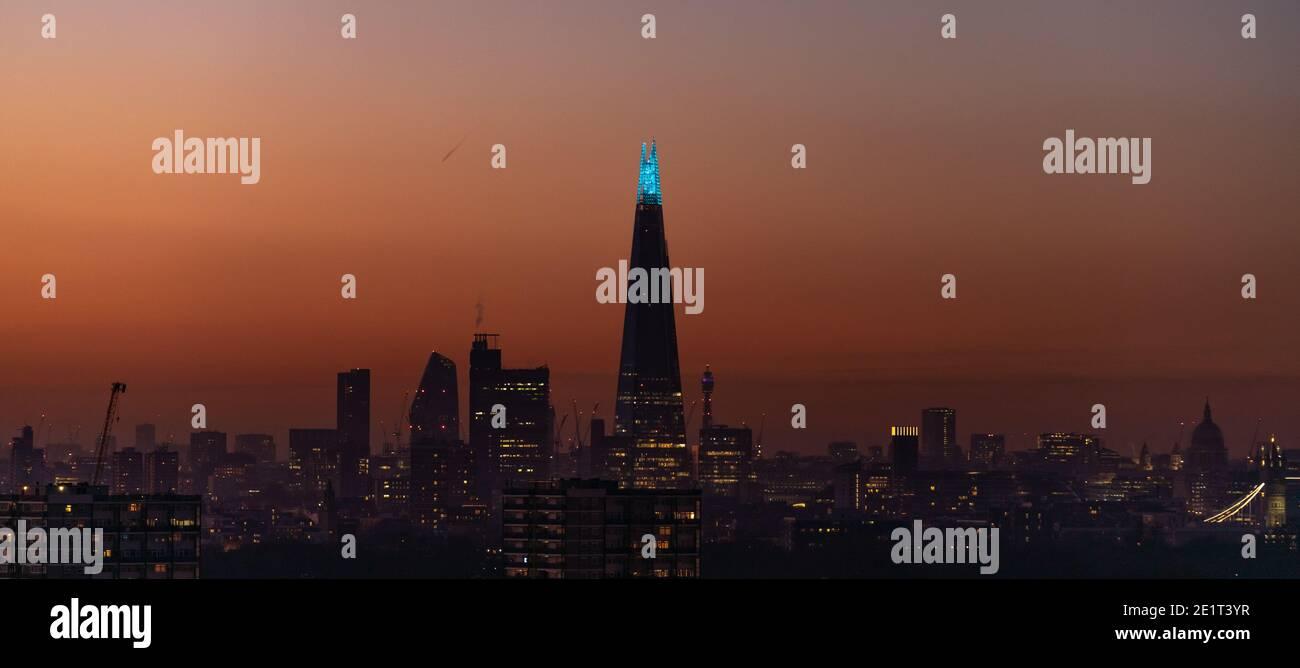 Londres, Royaume-Uni. 9 janvier 2021. Coronavirus : le bâtiment de Shard Skyscraper reste illuminé en bleu au crépuscule en hommage à tous les « héros » du NHS, y compris les médecins, les infirmières, les femmes de ménage et les autres membres du personnel de santé sur la ligne de front de la bataille contre le coronavirus lors du troisième confinement. Credit: Guy Corbishley/Alamy Live News Banque D'Images