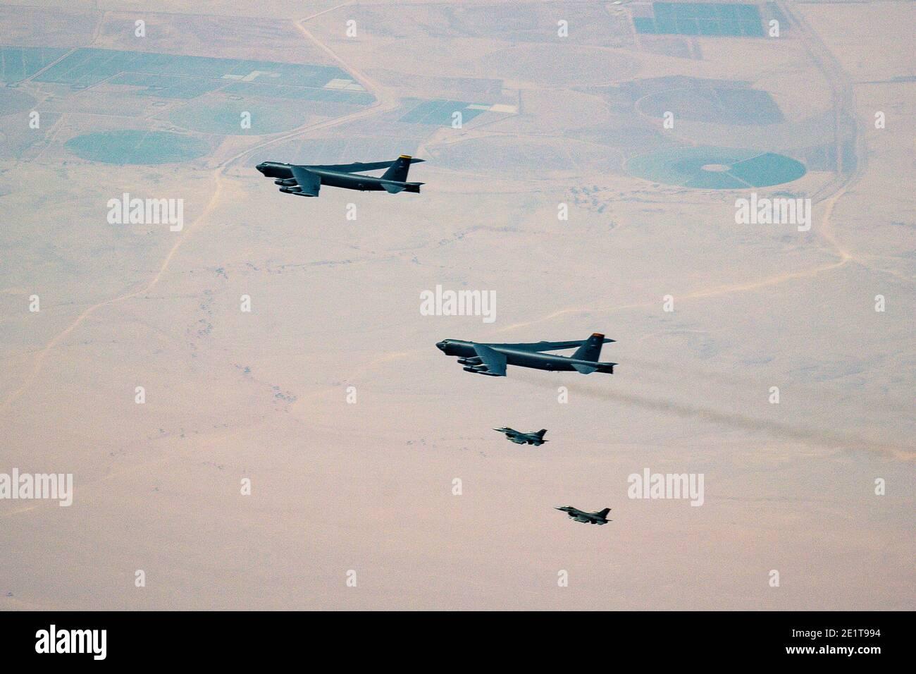 Arabie Saoudite, Arabie Saoudite. 09e janvier 2021. Les bombardiers stratégiques B-52 de la US Air Force sont escortés par les F-16 de la US Air Force qui combattent les avions de combat Falcon alors qu'ils survolent l'espace aérien saoudien le 7 janvier 2021 en Arabie Saoudite. Le bombardier et l'escorte sont des missions de démonstration de force en tant que message à l'Iran. Credit: Planetpix/Alamy Live News Banque D'Images