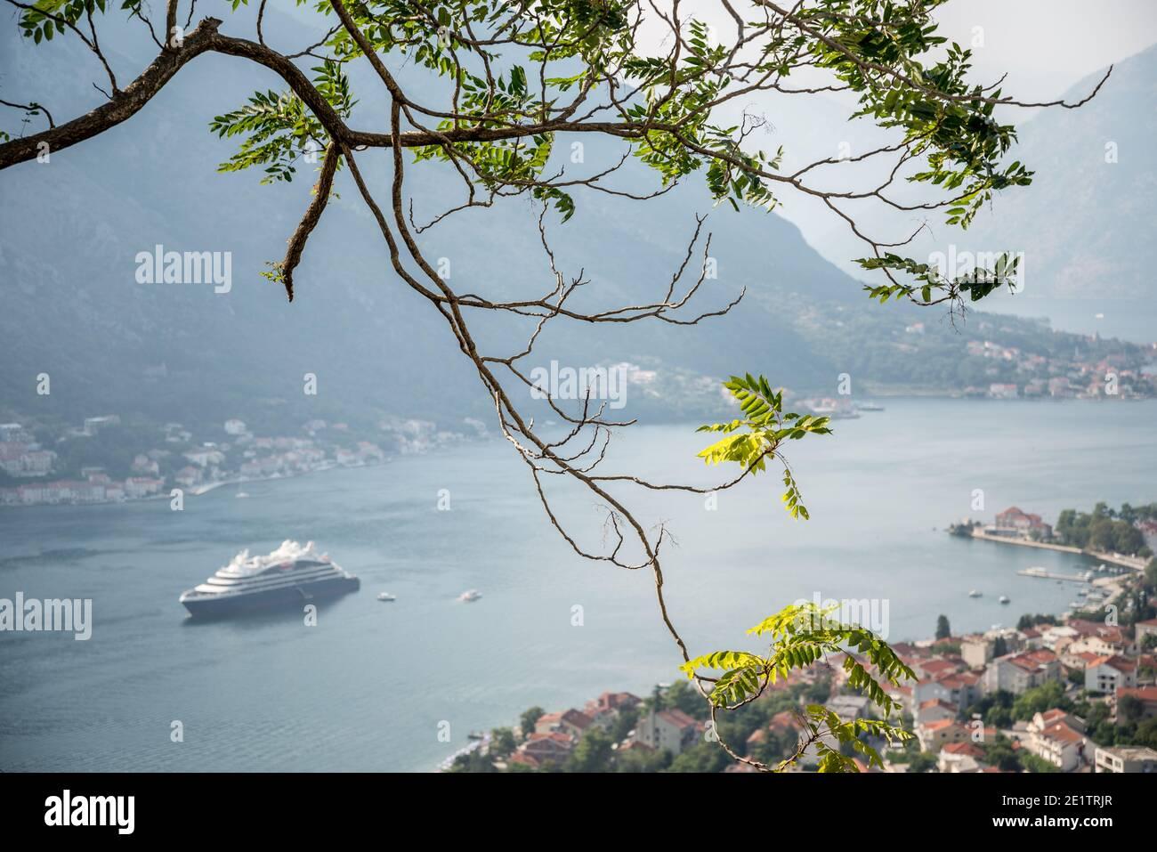 La magnifique baie de Kotor est visible depuis l'ancien sentier sinueux qui mène dans les montagnes derrière la vieille ville forteresse. Banque D'Images