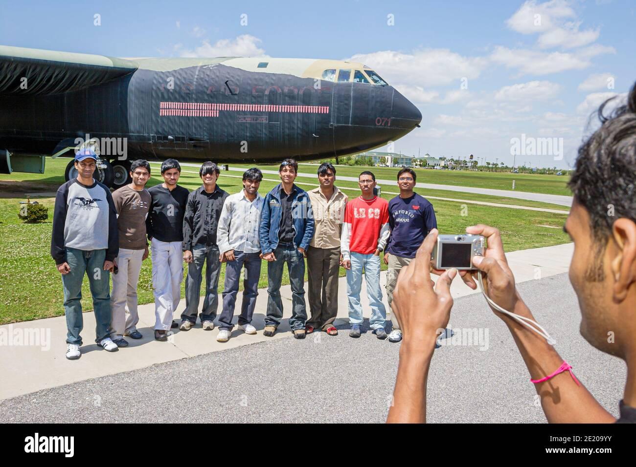 Alabama Mobile USS Alabama Battleship Memorial Park, expositions militaires étudiants indiens posant B52 bombardier, Banque D'Images