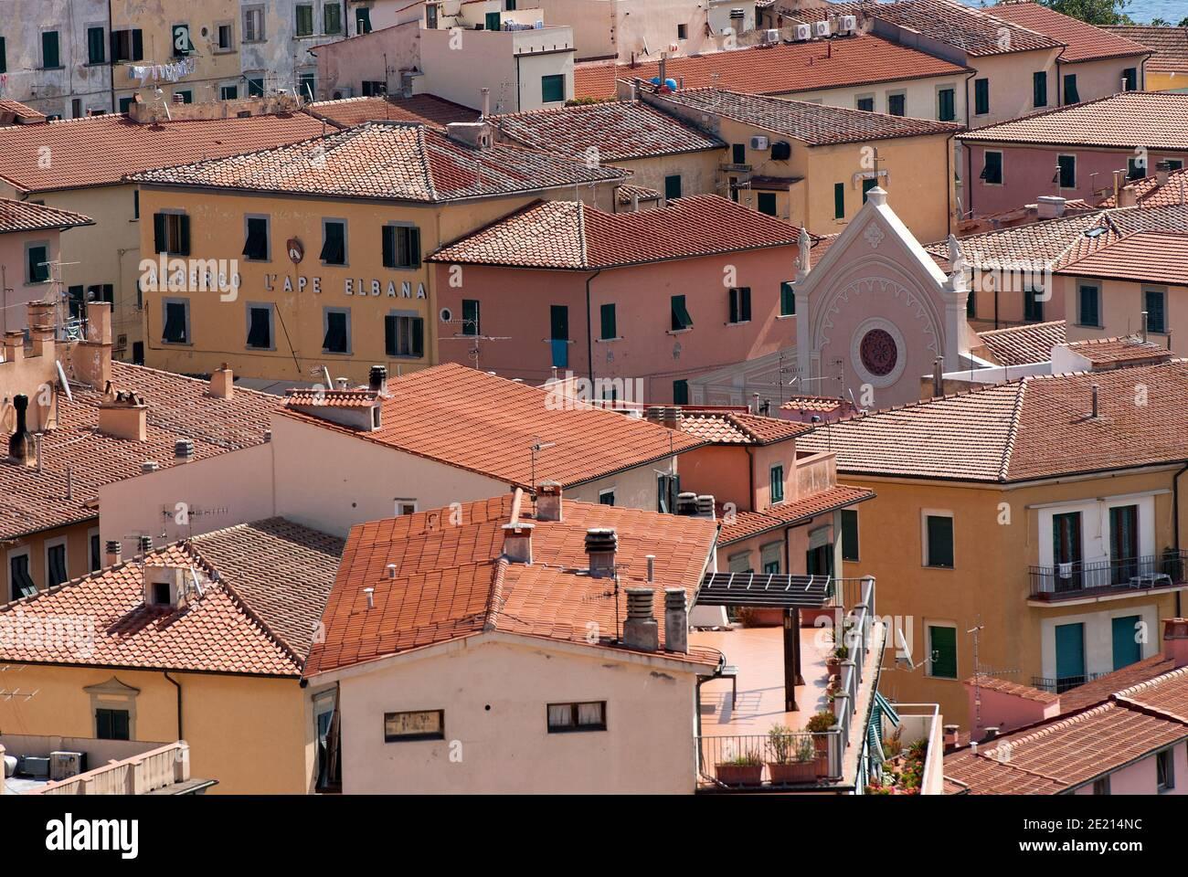 Village de Portoferraio avec le sommet de la Nativité de la Bienheureuse église de la Vierge Marie se tenant parmi les maisons, île d'Elbe, Toscane, Italie Banque D'Images