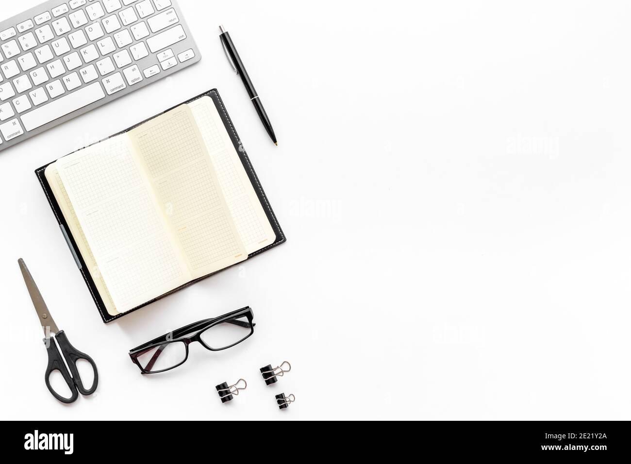 Bureau à plat avec clavier et fournitures de bureau Banque D'Images