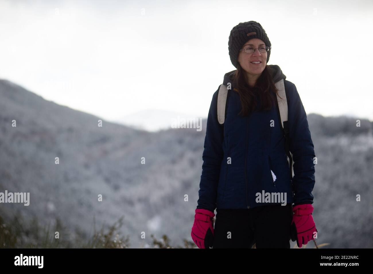 Une femme optimiste regardant la distance un jour d'hiver. Banque D'Images