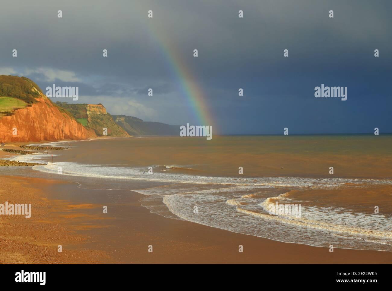 Arc-en-ciel au-dessus de la plage de sable à Sidmouth, Devon sur la côte jurassique Banque D'Images