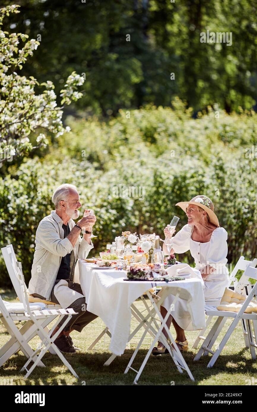Couple repas dans le jardin Banque D'Images