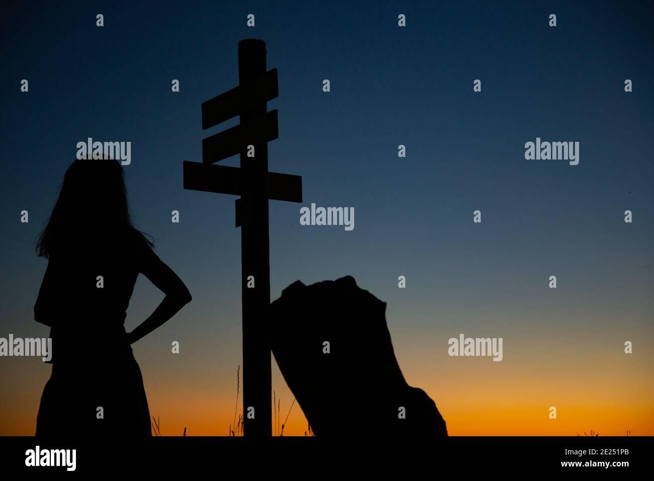 Silhouette d'une femme voyageur et routard. Banque D'Images
