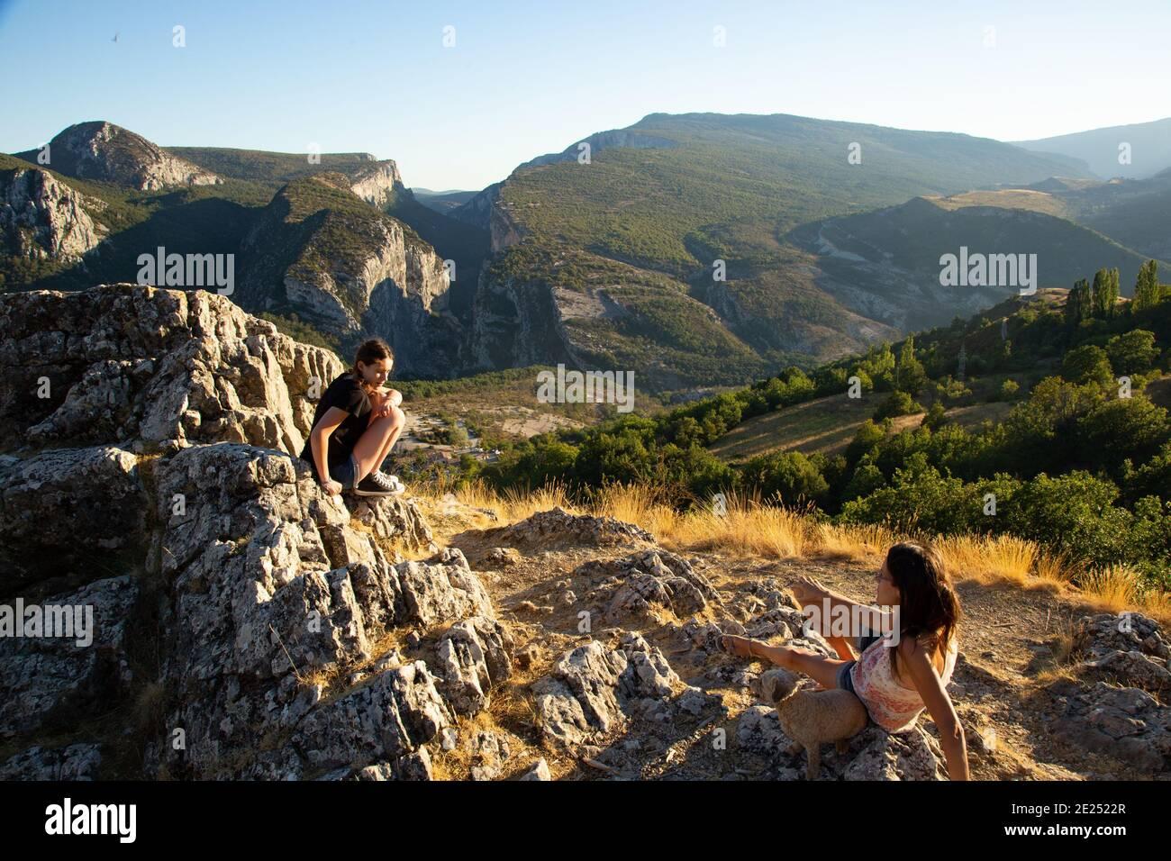 Une femme se repose en trekking dans les montagnes Banque D'Images