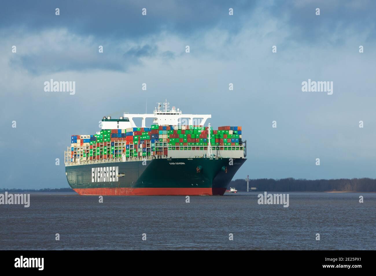 Stade, Allemagne - 12 janvier 2021 : un navire à conteneurs GOUVERNE TOUJOURS sur l'Elbe en direction de Hambourg. Le navire est exploité par EVERGREEN Marine et voiles u Banque D'Images