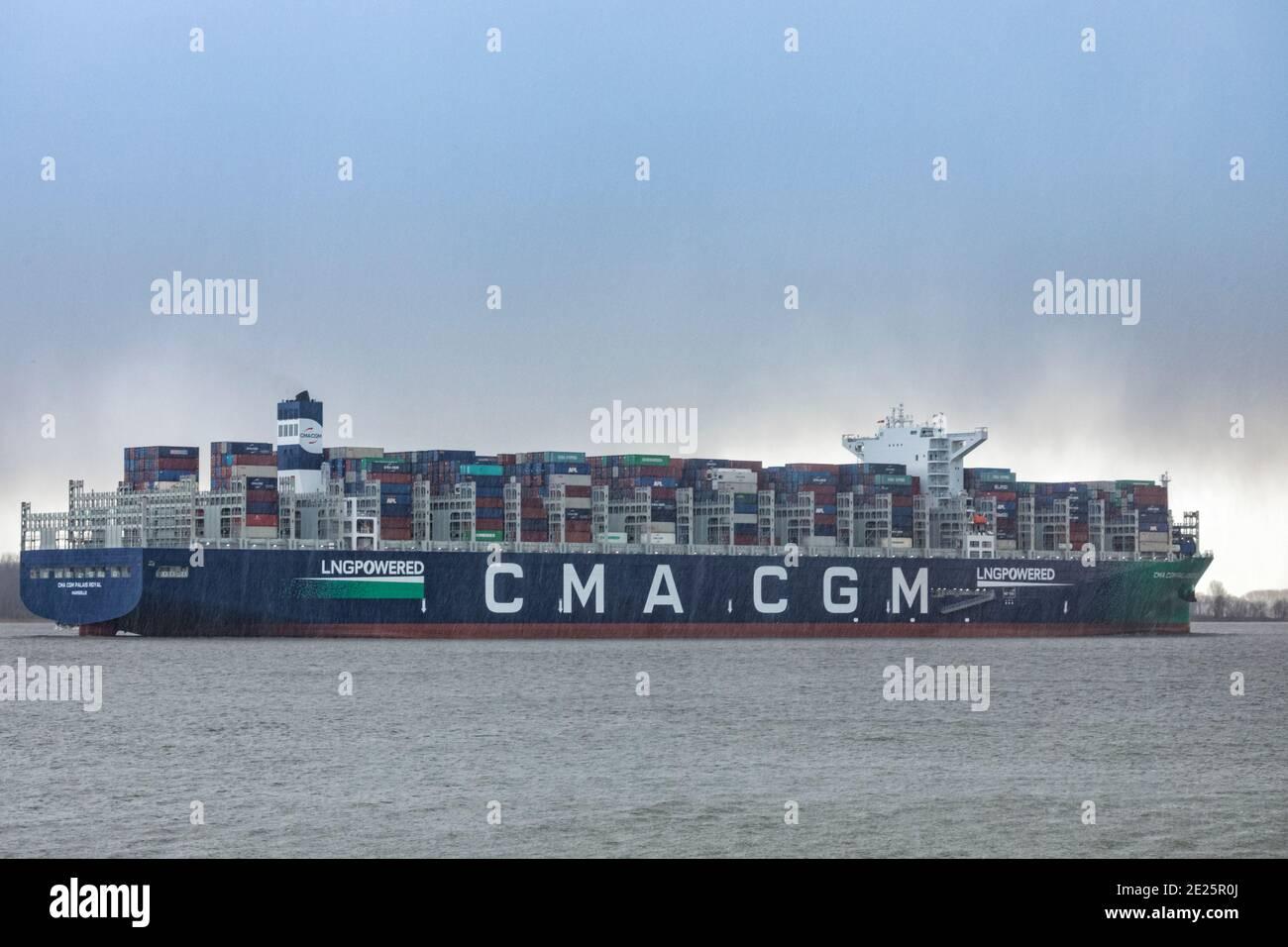 Stade, Allemagne - 12 janvier 2021 : le plus grand navire à gaz naturel liquéfié du monde, navire à conteneurs CMA CGM PALAIS ROYAL sur l'Elbe en direction de Hambourg Banque D'Images