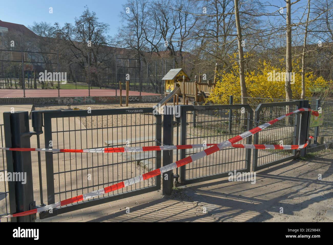 Berlin in Zeiten der Corona-Krise, 25.03.2020. Hier: Leerer Kinderspielplatz im Volkspark Wilmersdorf, Berlin, Allemagne Banque D'Images