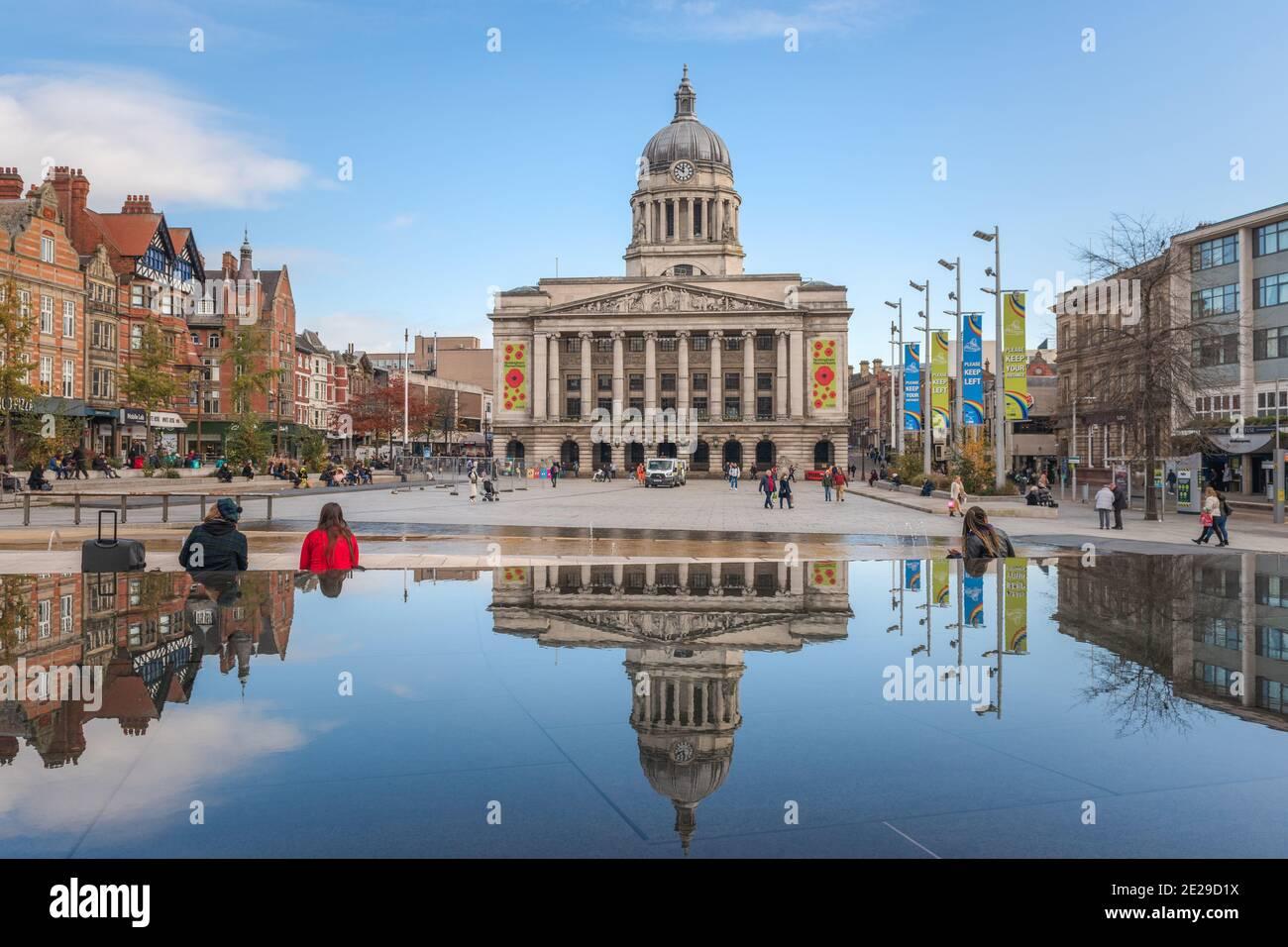 L'imposante Nottingham Council House se situe au-dessus du centre-ville de Nottingham, en toile de fond de la place du Vieux marché de Nottingham. Banque D'Images