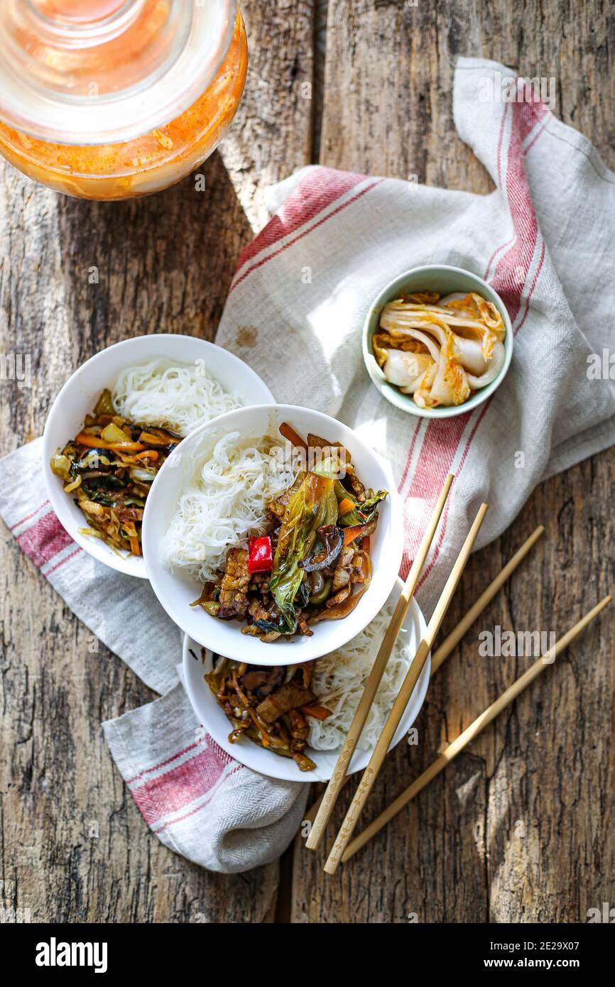 Un pot de riz vermicelles et légumes de style chinois Banque D'Images