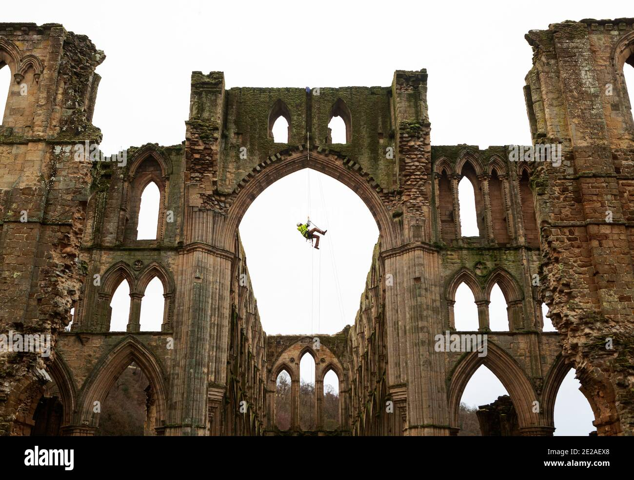 Le stonemason James Preston de SSH conservation, est originaire de l'abbaye de Rievaulx dans le North Yorkshire, tandis que le patrimoine anglais se prépare à effectuer des travaux de conservation essentiels. English Heritage commande une enquête à l'abbaye de Rievaulx sur un cycle de cinq ans pour évaluer l'état de l'abbaye du niveau du sol jusqu'au sommet de la structure. Banque D'Images