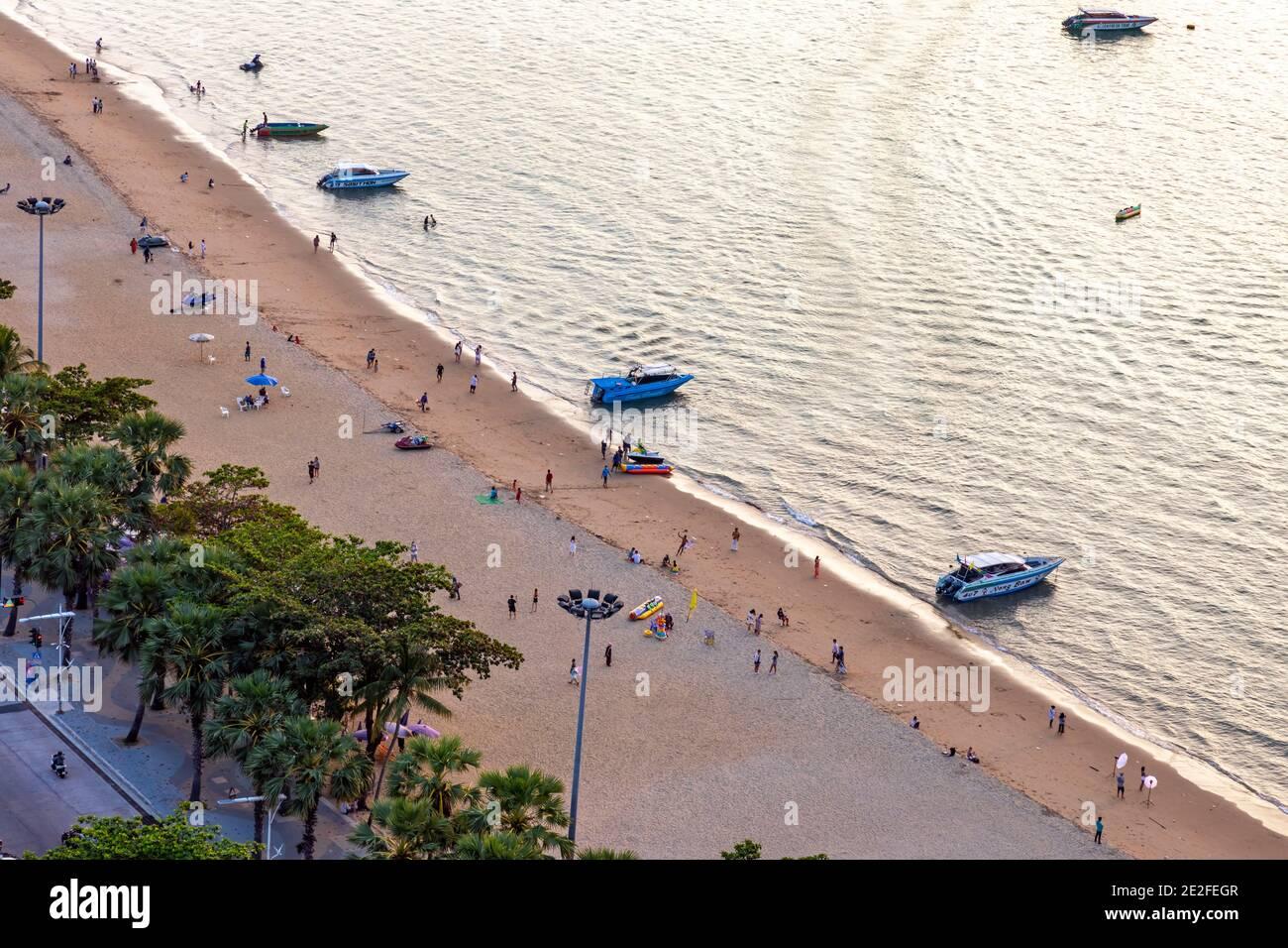 Scène de plage en soirée, Pattaya, Chon Buri, Thaïlande Banque D'Images