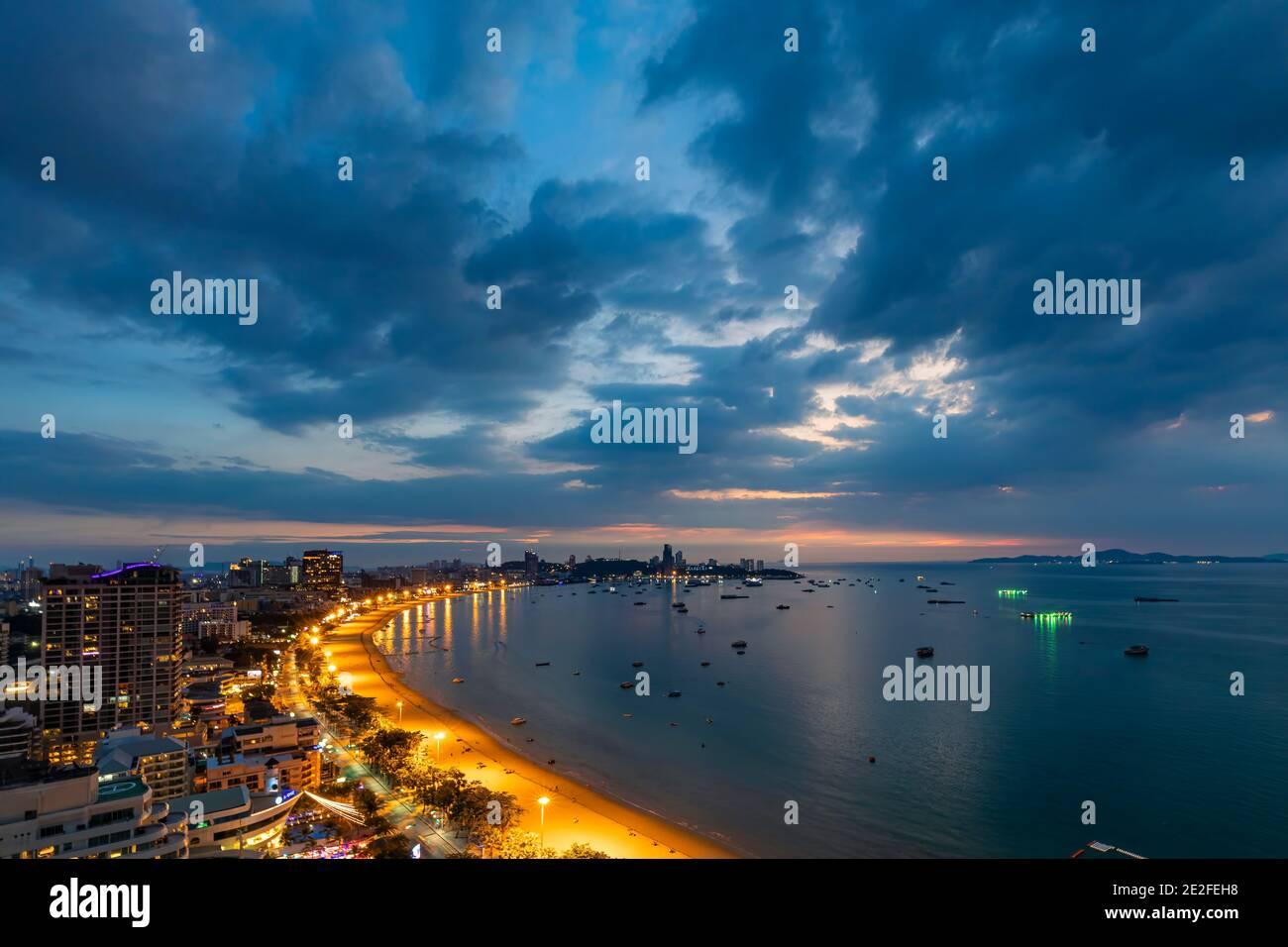 Paysage nocturne de la plage et de la mer de Pattaya, Chon Buri, ThailandPattaya, Chon Buri, Thaïlande Banque D'Images