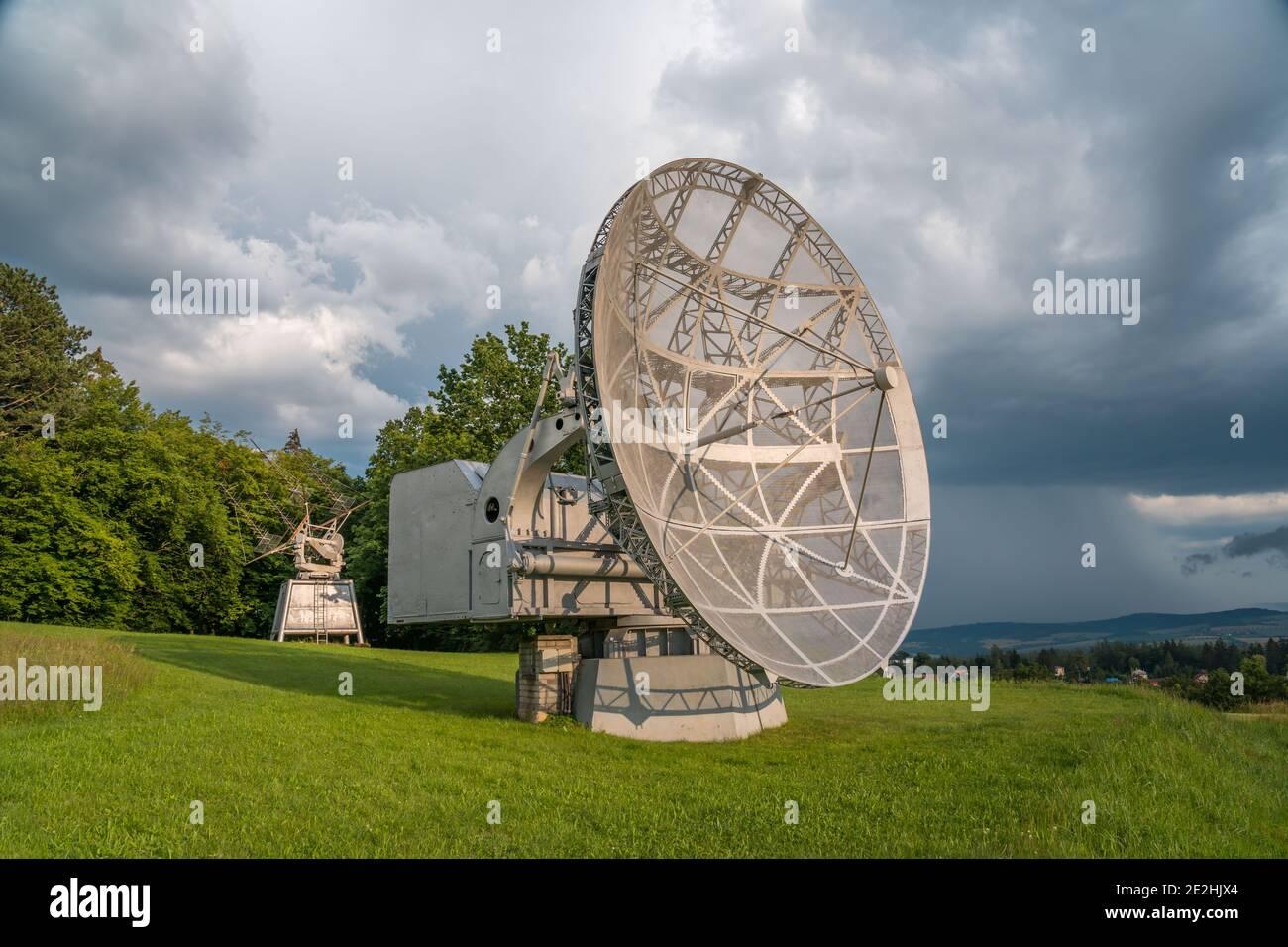 Parabole satellite dans un paysage d'été, radiotelescope pour la recherche spatiale profonde. Observatoire d'Ondrejov, République tchèque. Banque D'Images